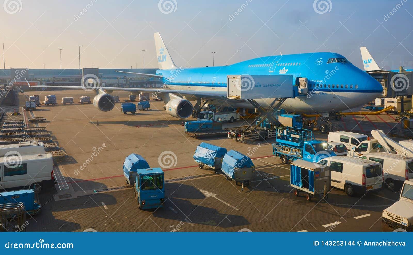 Amsterdam, holandie - Marzec 11, 2016: KLM samolot parkujący przy Schiphol lotniskiem