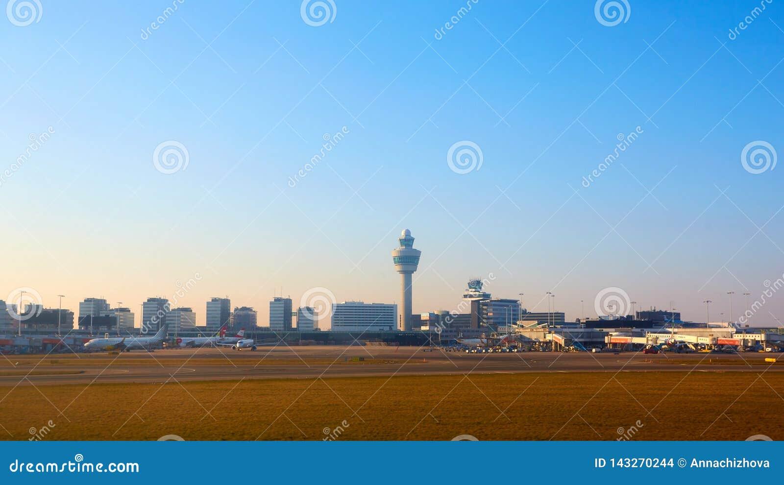 Amsterdam, holandie - Marzec 11, 2016: Amsterdam Lotniskowy Schiphol w holandiach AMS jest holandiami głównymi
