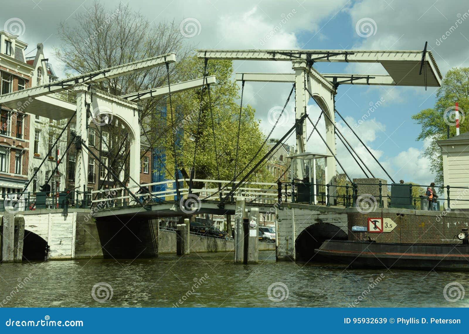 Amsterdam, holandie: Stary wspornika most wciąż działa w mieście