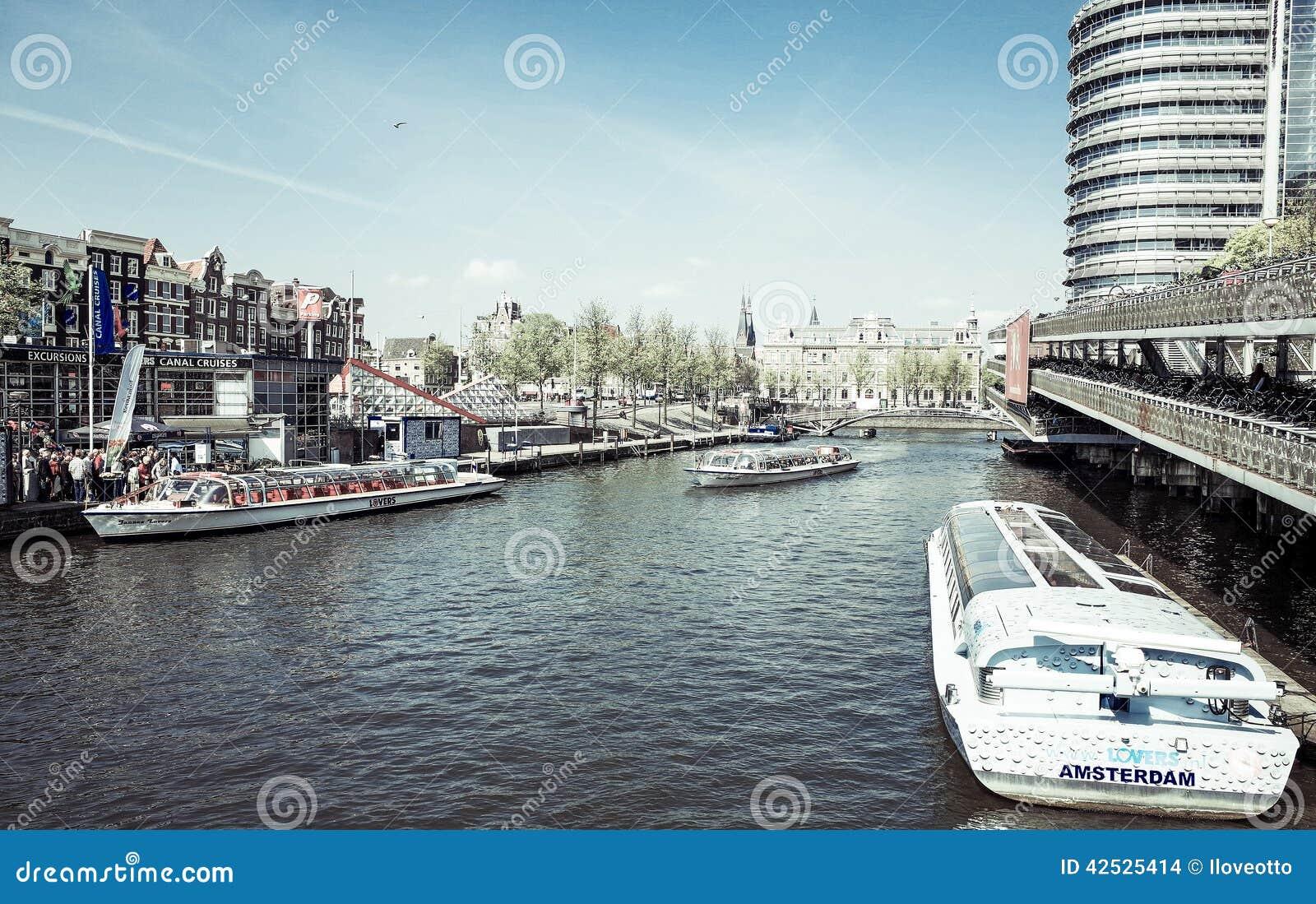 Amsterdam kanały z bridżowymi i typowymi holenderskimi domami