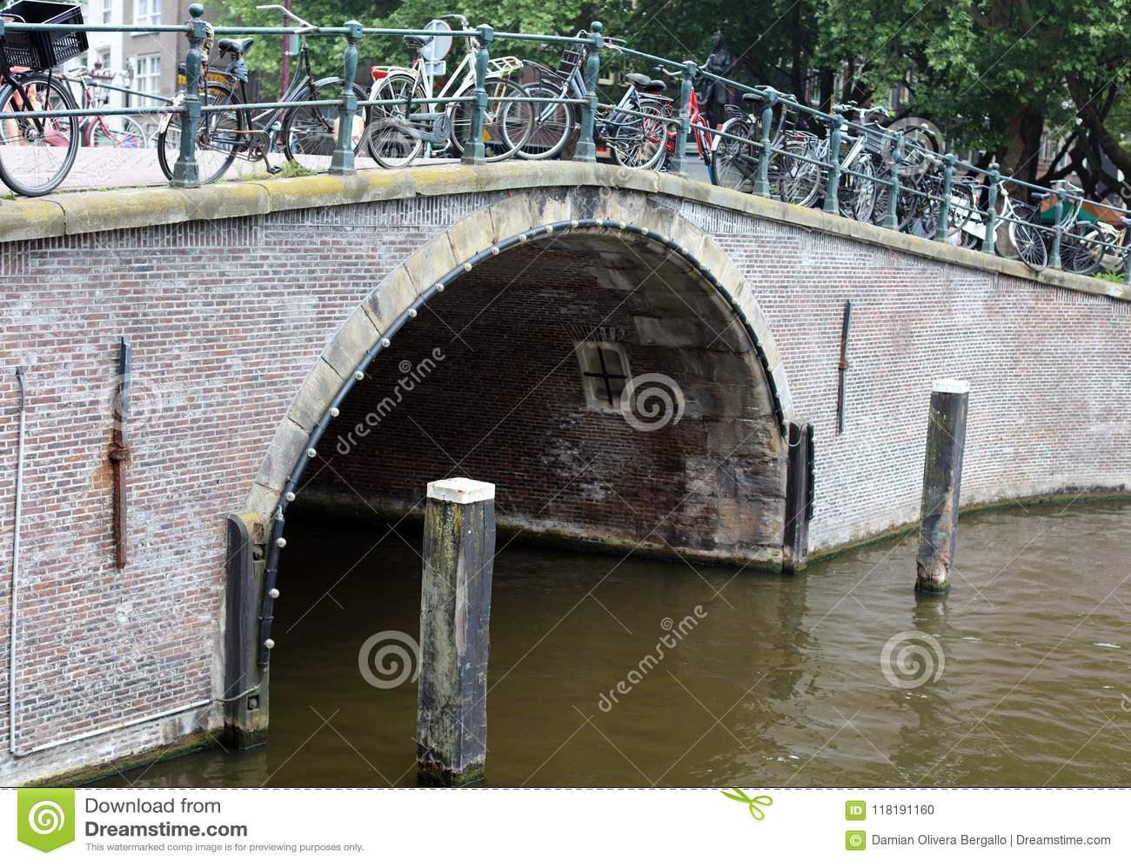 Amsterdam, les Pays-Bas, canaux de ville, bateaux, ponts et rues Belle et sauvage ville européenne unique