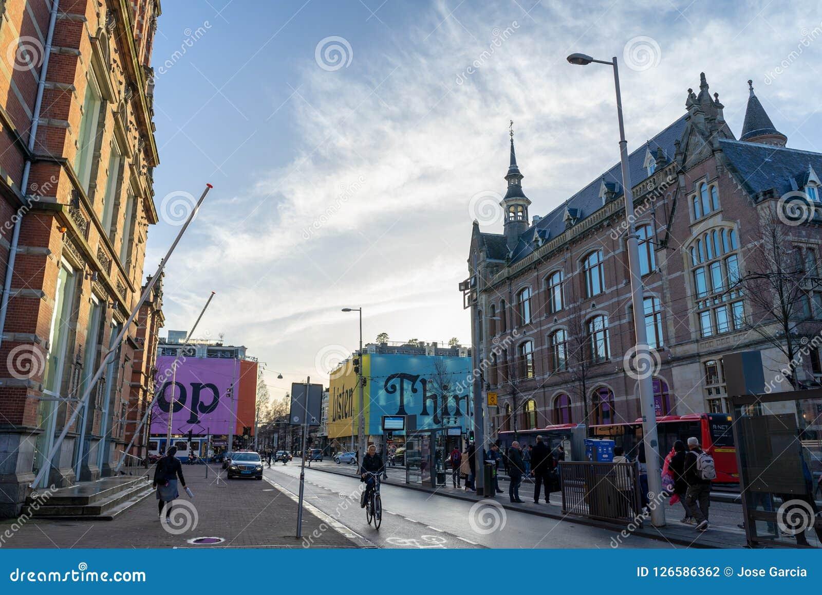Amsterdam Nederländerna - April 6, 2018: Gatafotografi i Ams