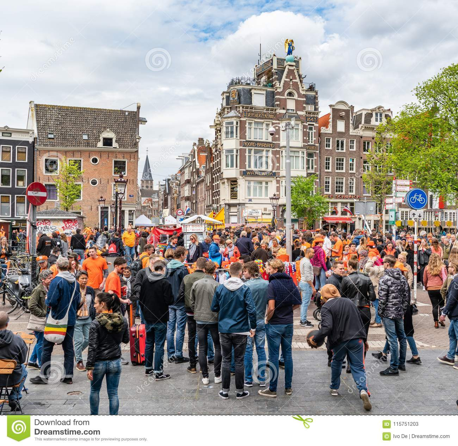 Amsterdam, Nederländerna, April 27 2018, turister och lokaler V