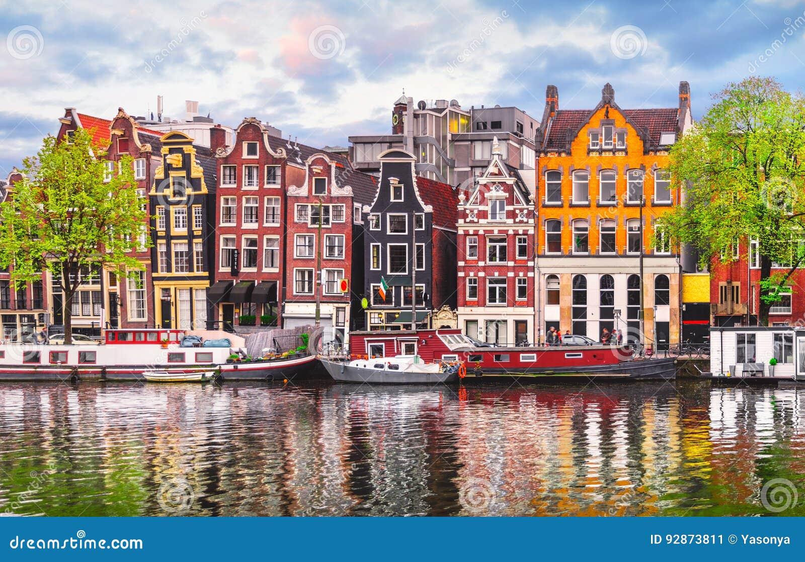 Amsterdam nederländska danshus över floden Amstel