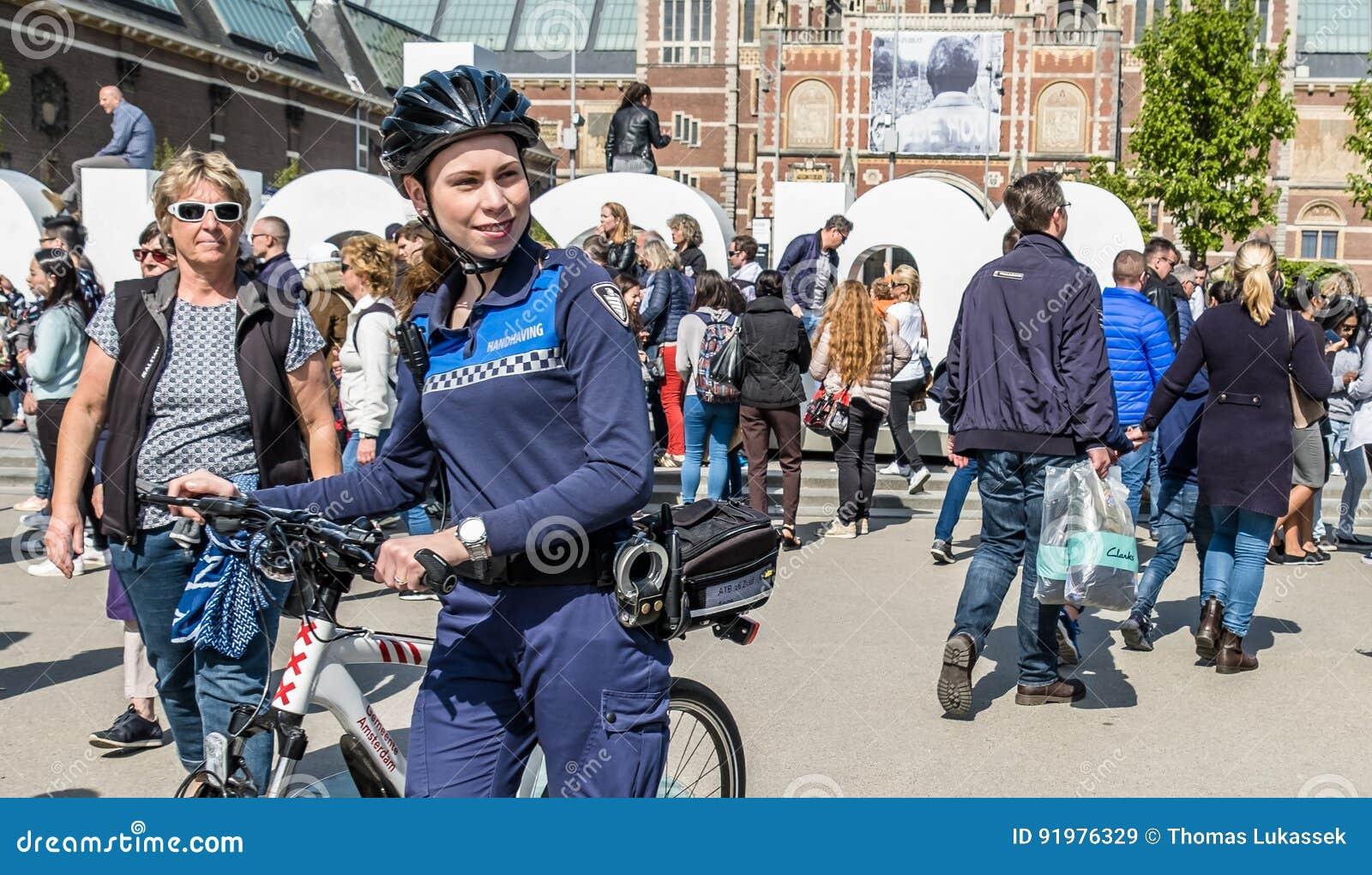 Amsterdam, Nederland - April 31, 2017: De handhaving politieafdeling die een blik in de straten van de stad hebben