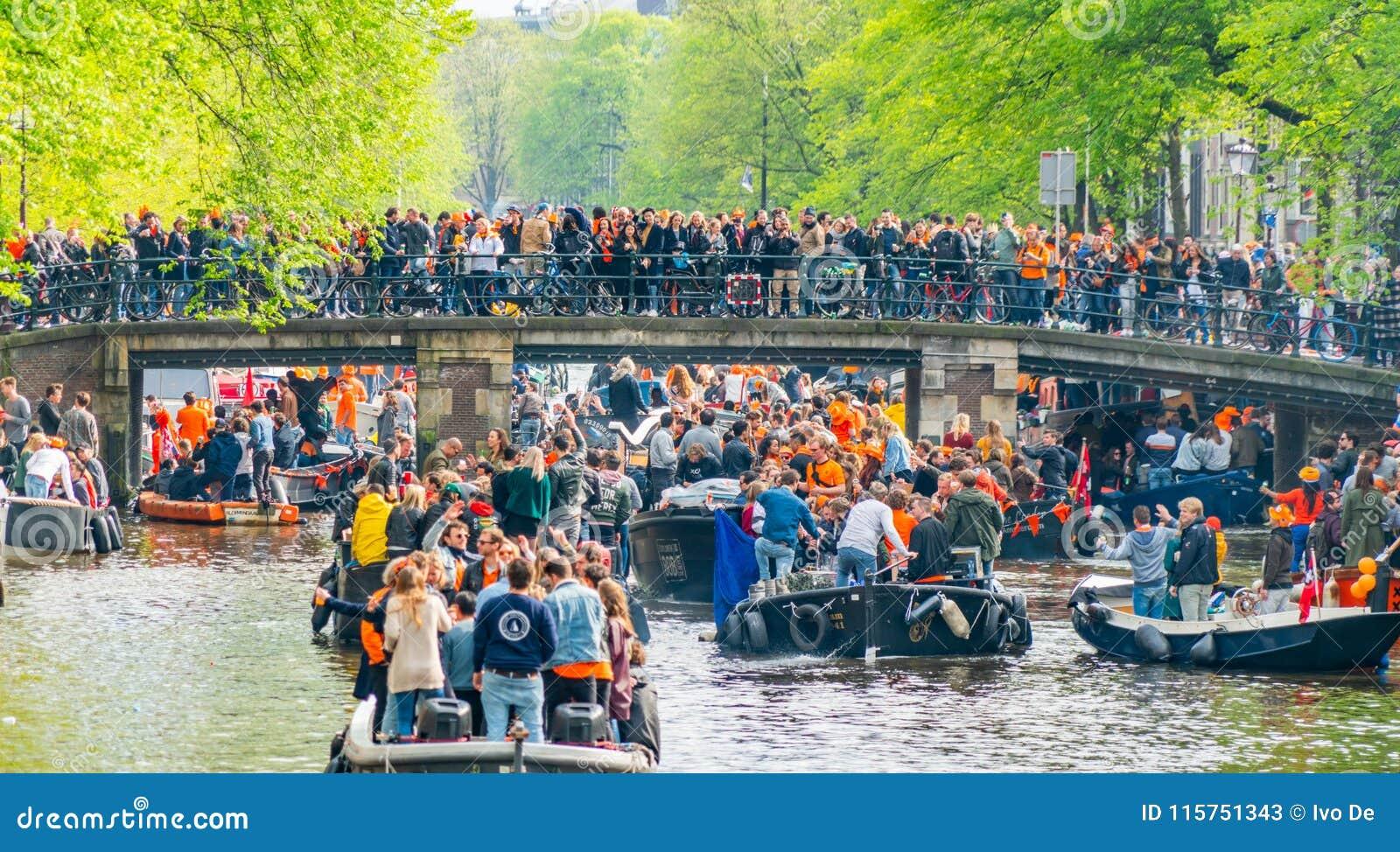 Amsterdam, Nederland, 27 April 2018, Toeristen en plaatselijke bewoners s
