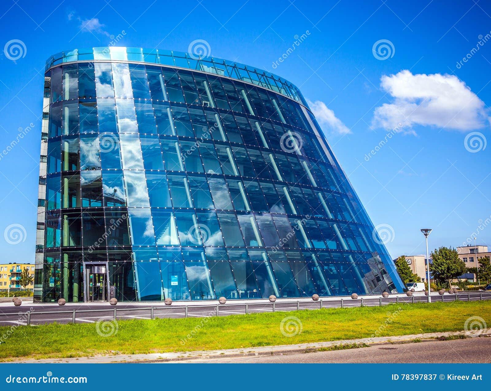 AMSTERDAM, NEDERLAND - AUGUSTUS 15, 2016: Moderne stadsarchitectuur Commercieel centrum met bureaus 15 augustus, 2016