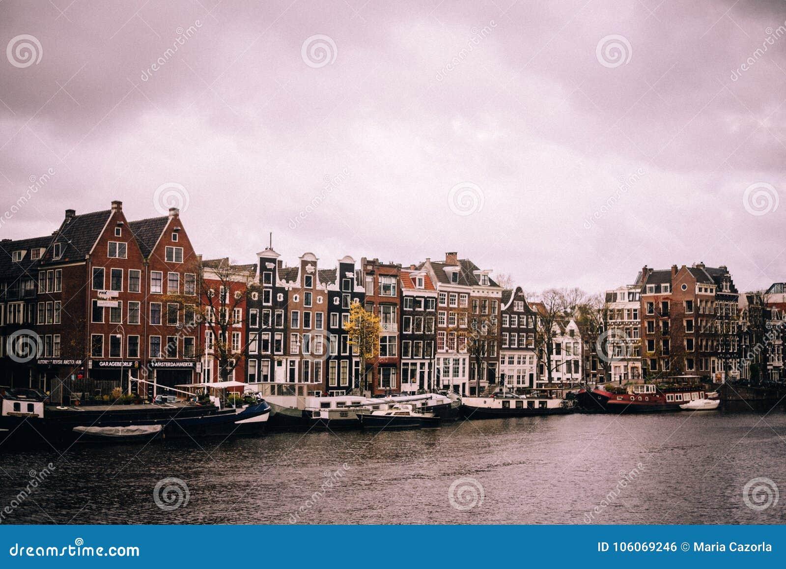 Amsterdam på en molnig dag