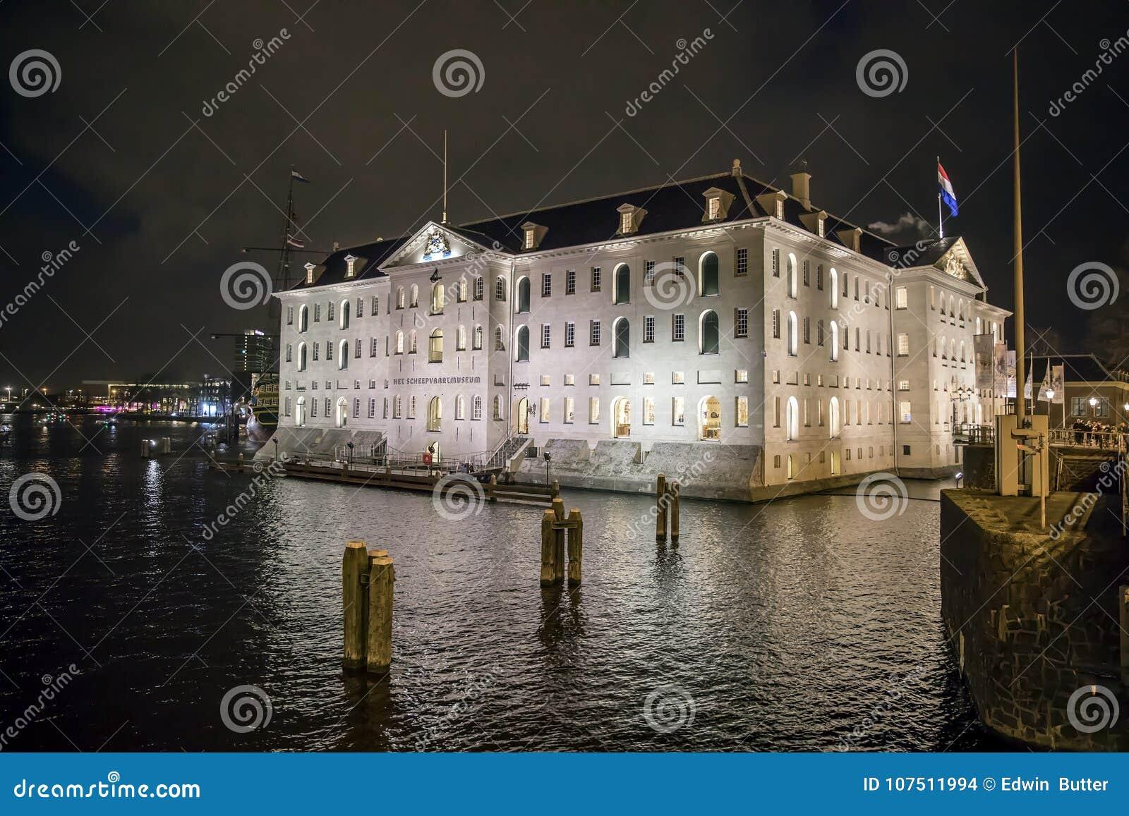 AMSTERDAM, PAÍSES BAJOS - 28 DE DICIEMBRE DE 2017: VOC-nave Indiaman del este la Amsterdam y el Het Scheepvaart del museo marítim
