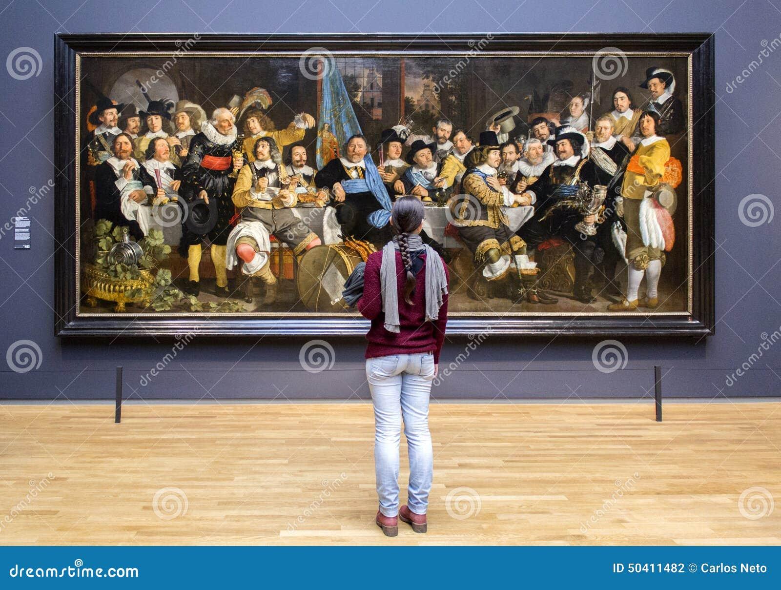 AMSTERDAM, PAÍSES BAJOS - 8 DE FEBRERO: Visitante en Rijksmuseum encendido