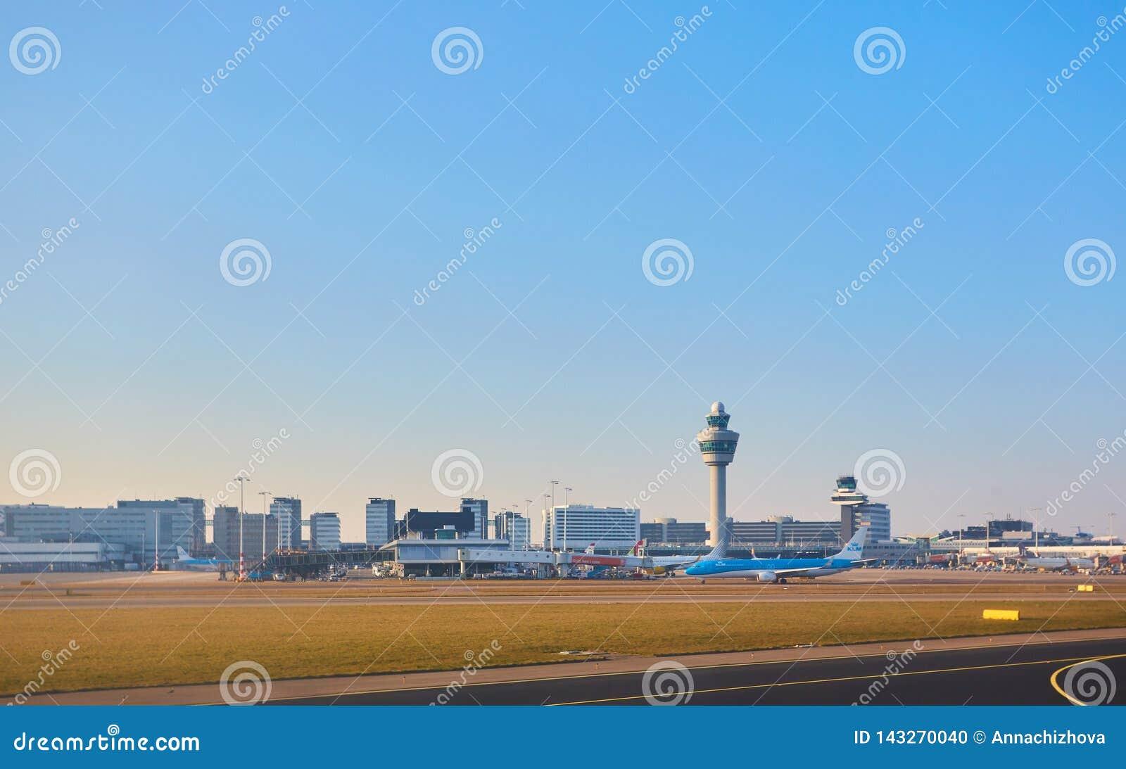 Amsterdam, Países Bajos - 11 de marzo de 2016: Aeropuerto Schiphol de Amsterdam en Países Bajos El AMS es los Países Bajos princi