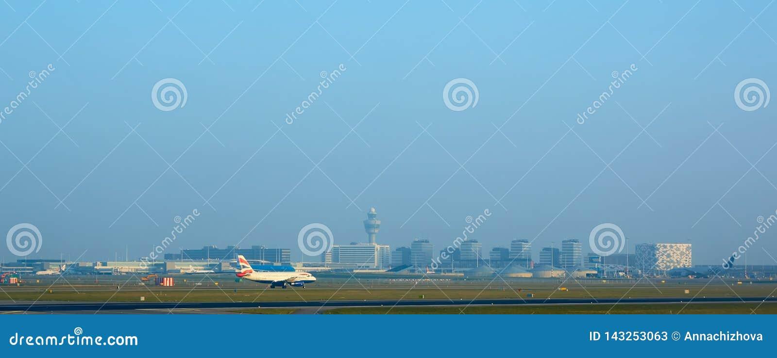 Amsterdam, Paesi Bassi - 11 marzo 2016: Aeroporto Schiphol di Amsterdam nei Paesi Bassi L AMS è i Paesi Bassi principali