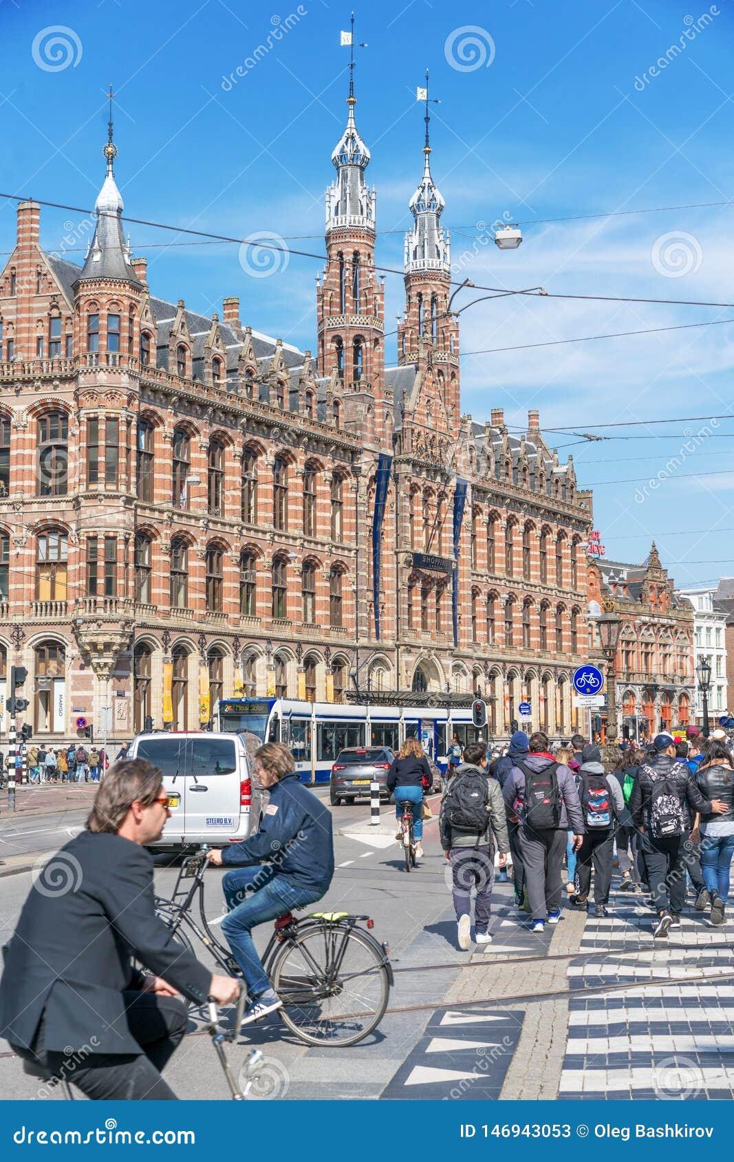 Amsterdam, Pays-Bas - 9 avril 2019 : Bicyclettes classiques et maisons historiques ? vieil Amsterdam Rue typique ? Amsterdam avec