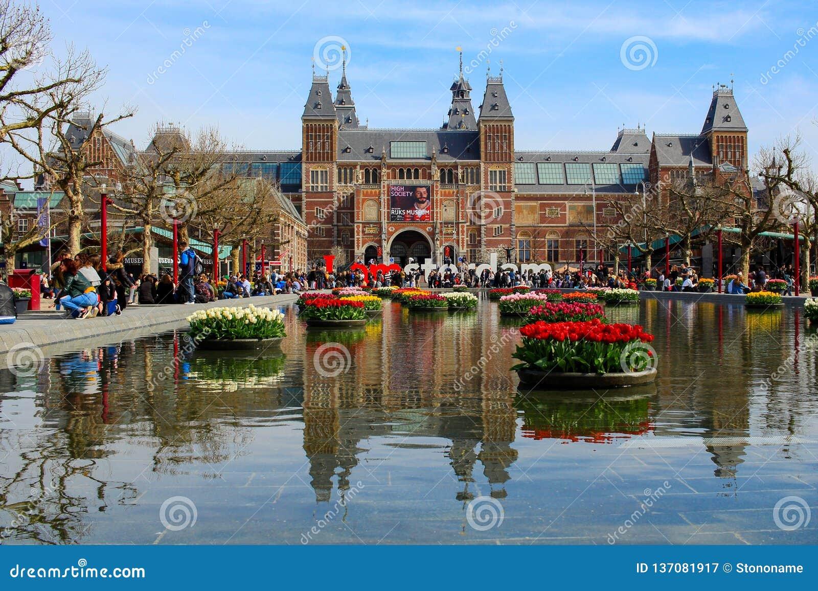 AMSTERDAM, PAYS-BAS - 22 AVRIL 2017 : Musée National de Rijksmuseum avec le signe d I Amsterdam et tulipes dans se refléter