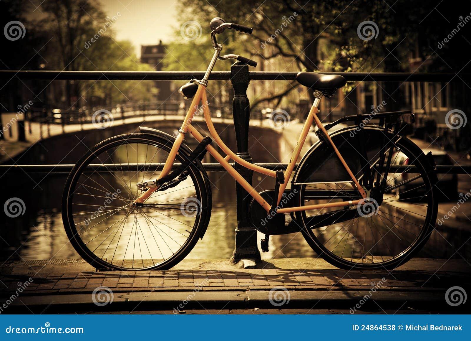 Amsterdam. Romantisch kanaal, fiets