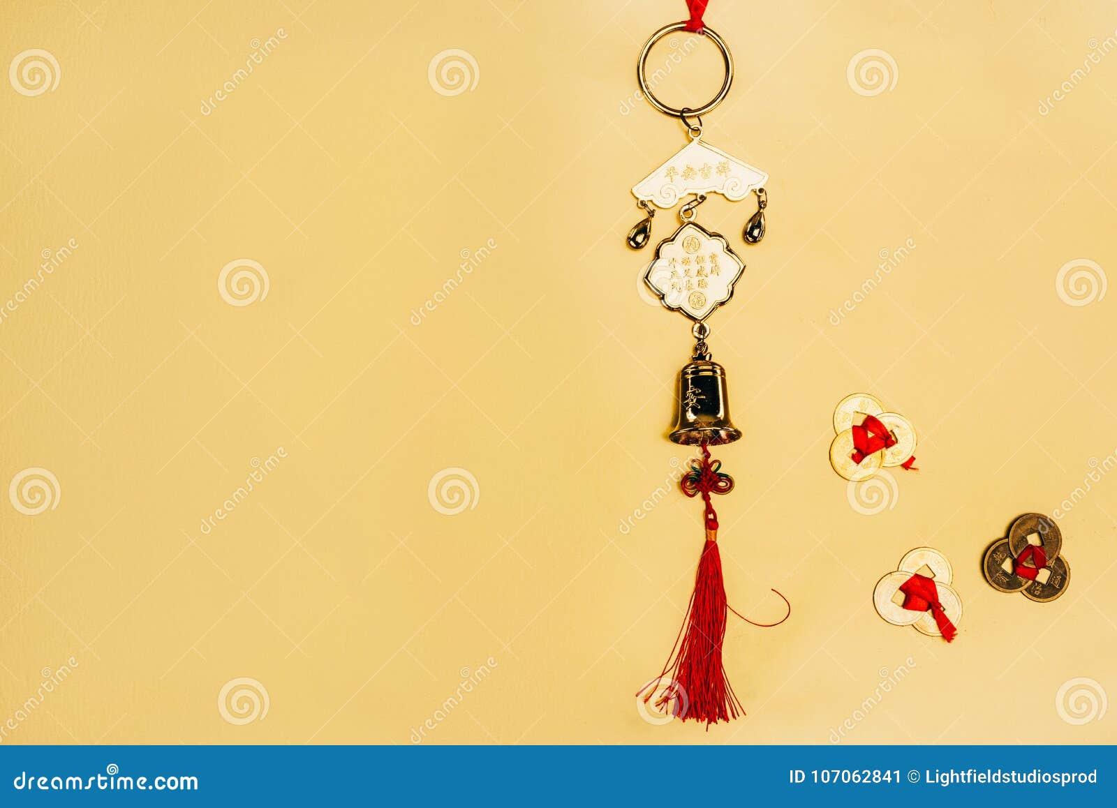 Amulett för traditionell kines med mynt på guling, kinesiskt begrepp för nytt år