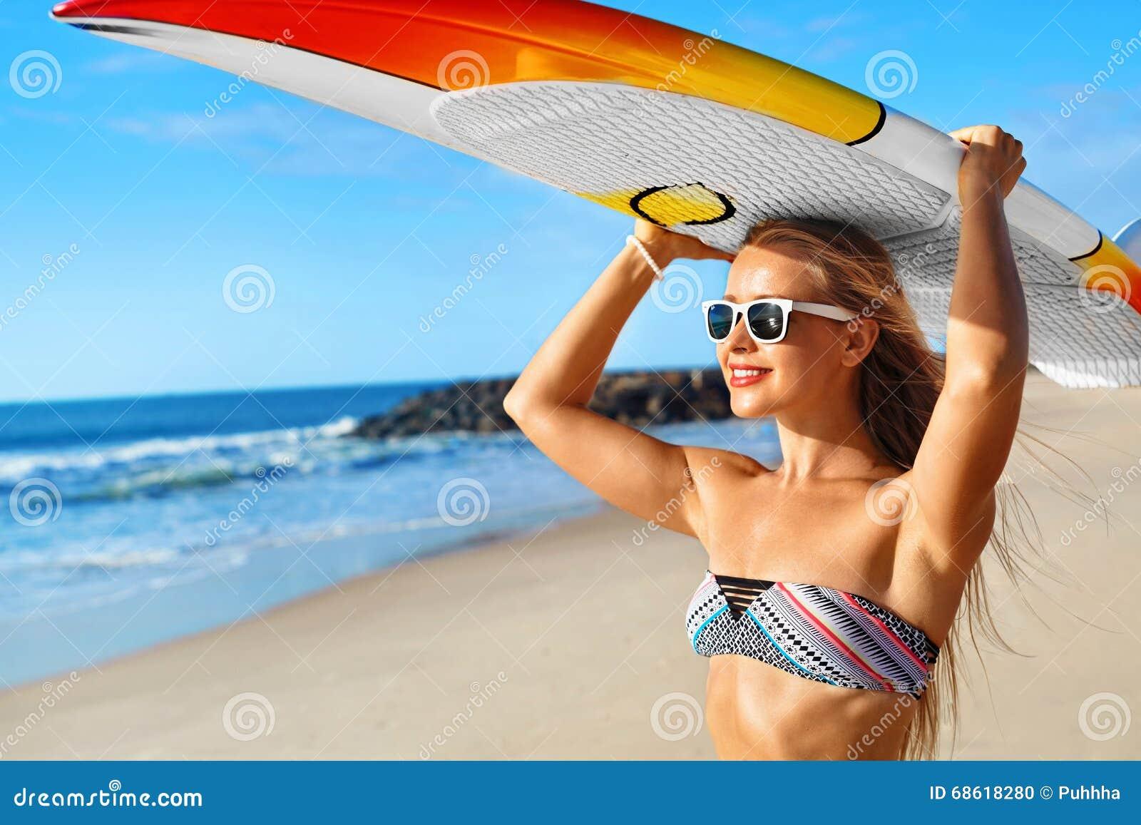 Amusement d été, vacances de voyage de vacances Surfer Fille avec la planche de surf