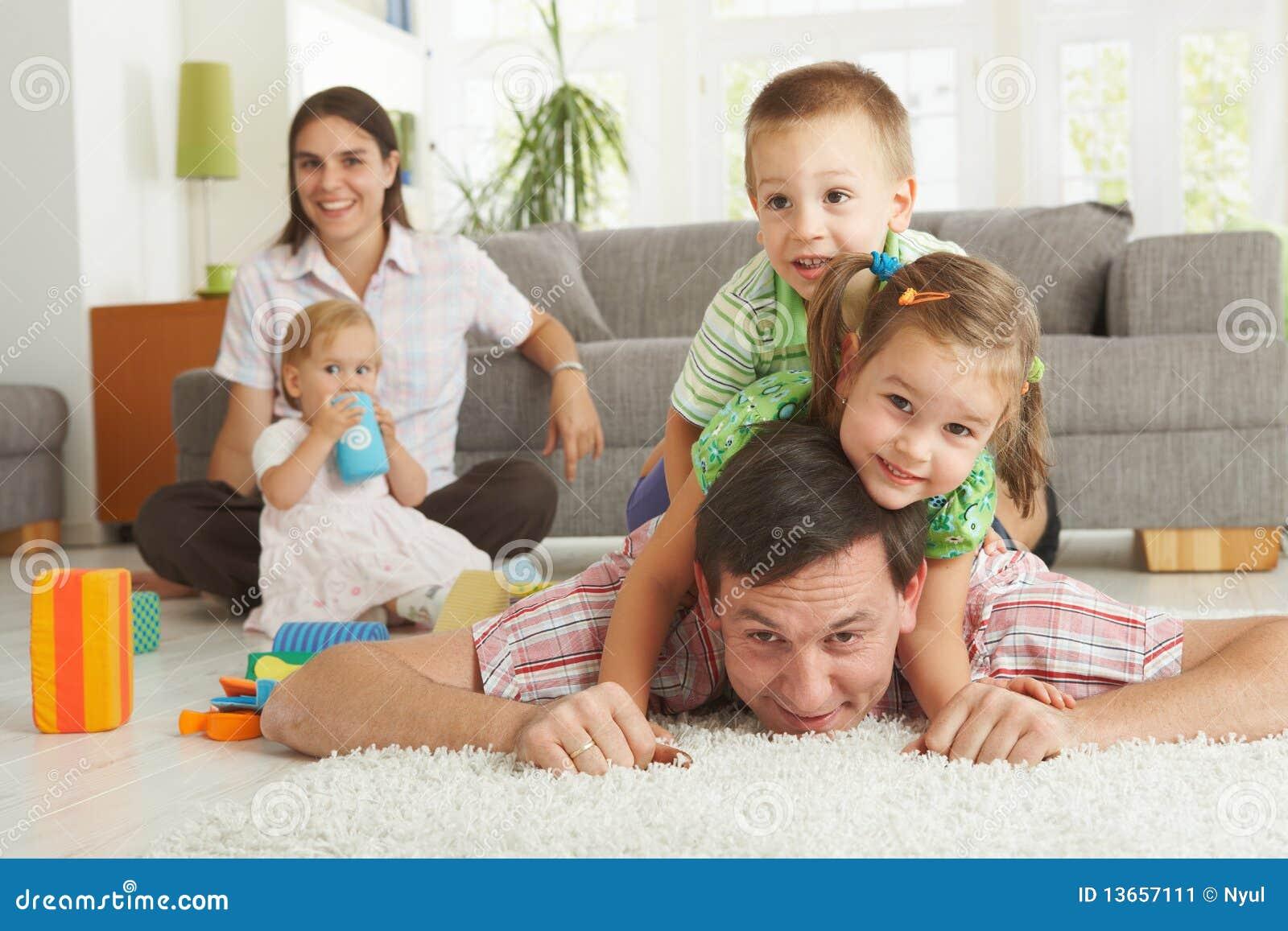 Amusement de famille à la maison