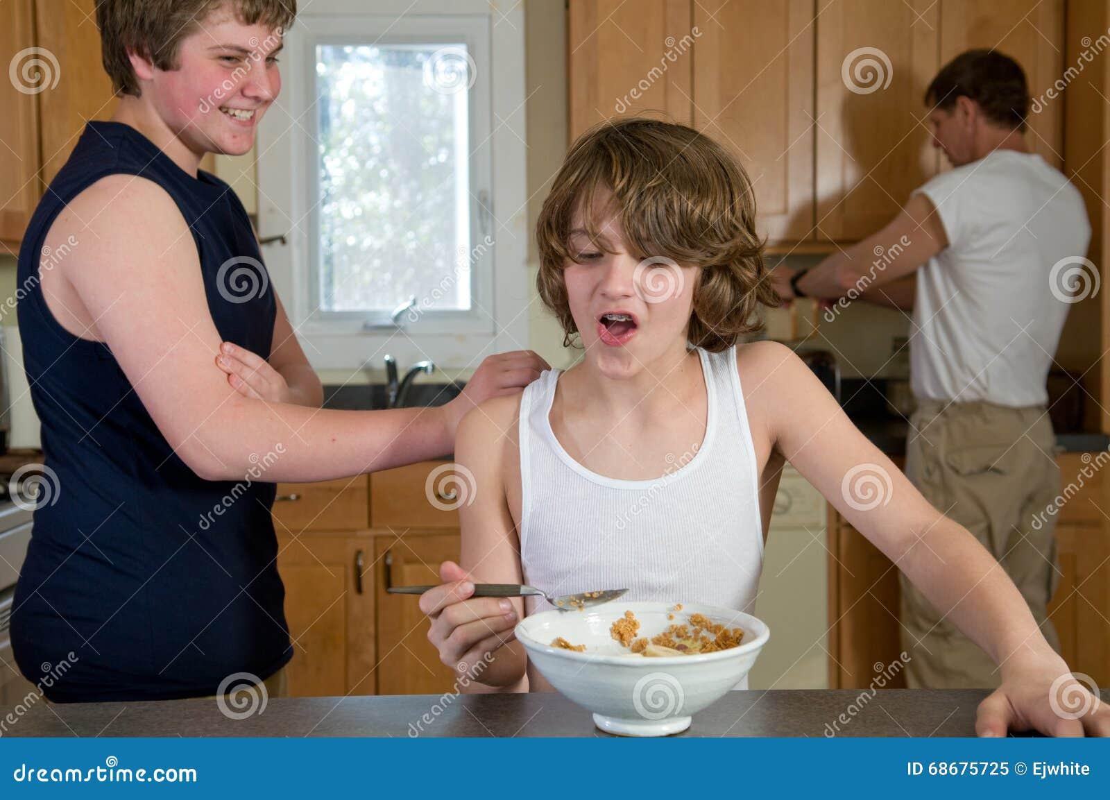 Amusement de petit déjeuner de famille - frères de l adolescence ayant la céréale : tirs francs