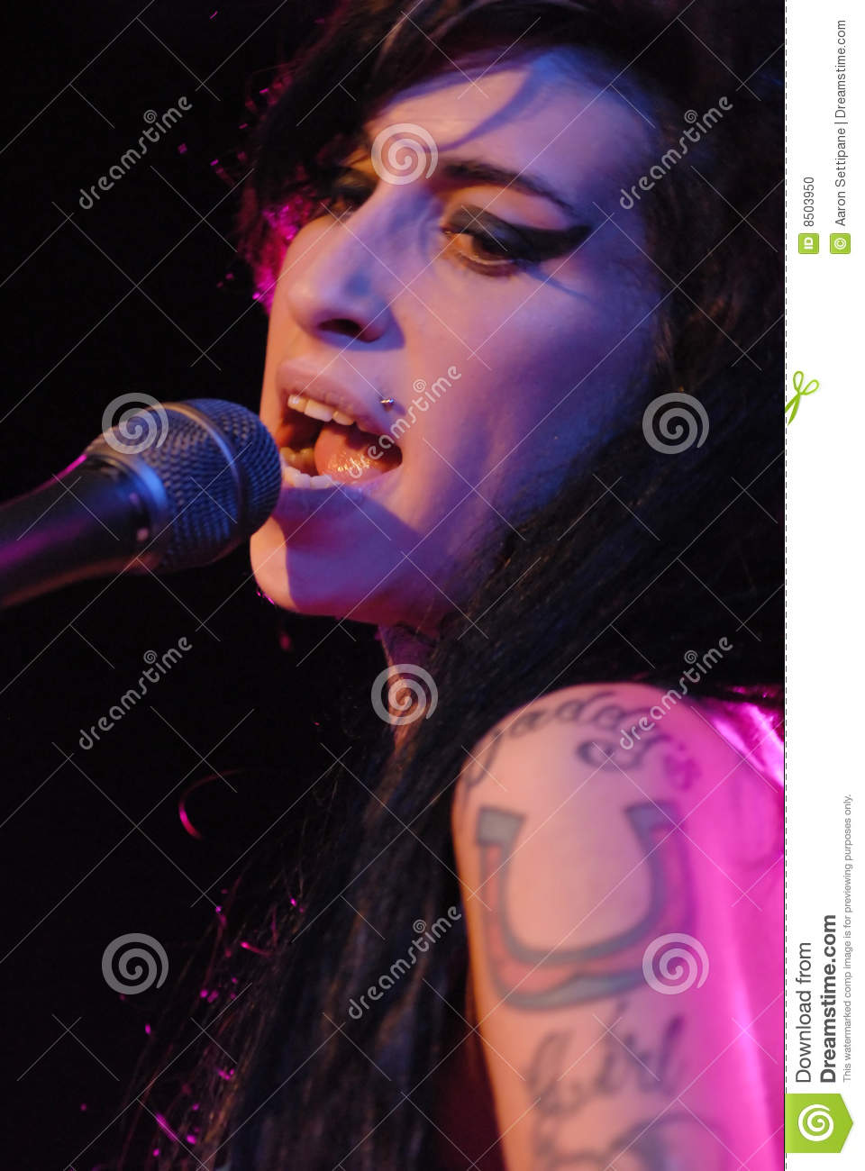 Amy Winehouse performing live
