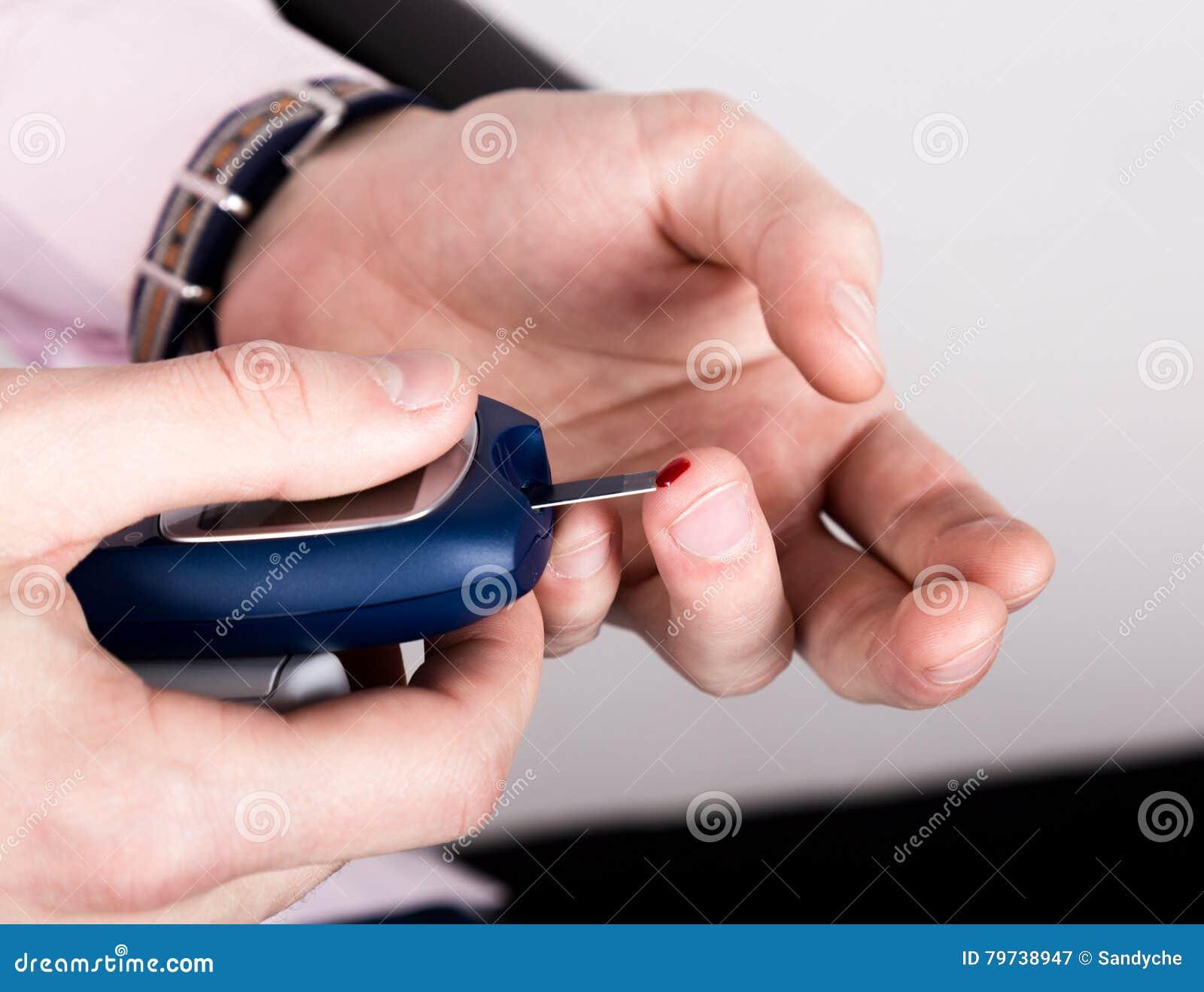 Análisis de sangre llano de medición de la glucosa usando glucometer ultra mini y la pequeña gota de la sangre de tiras del finge