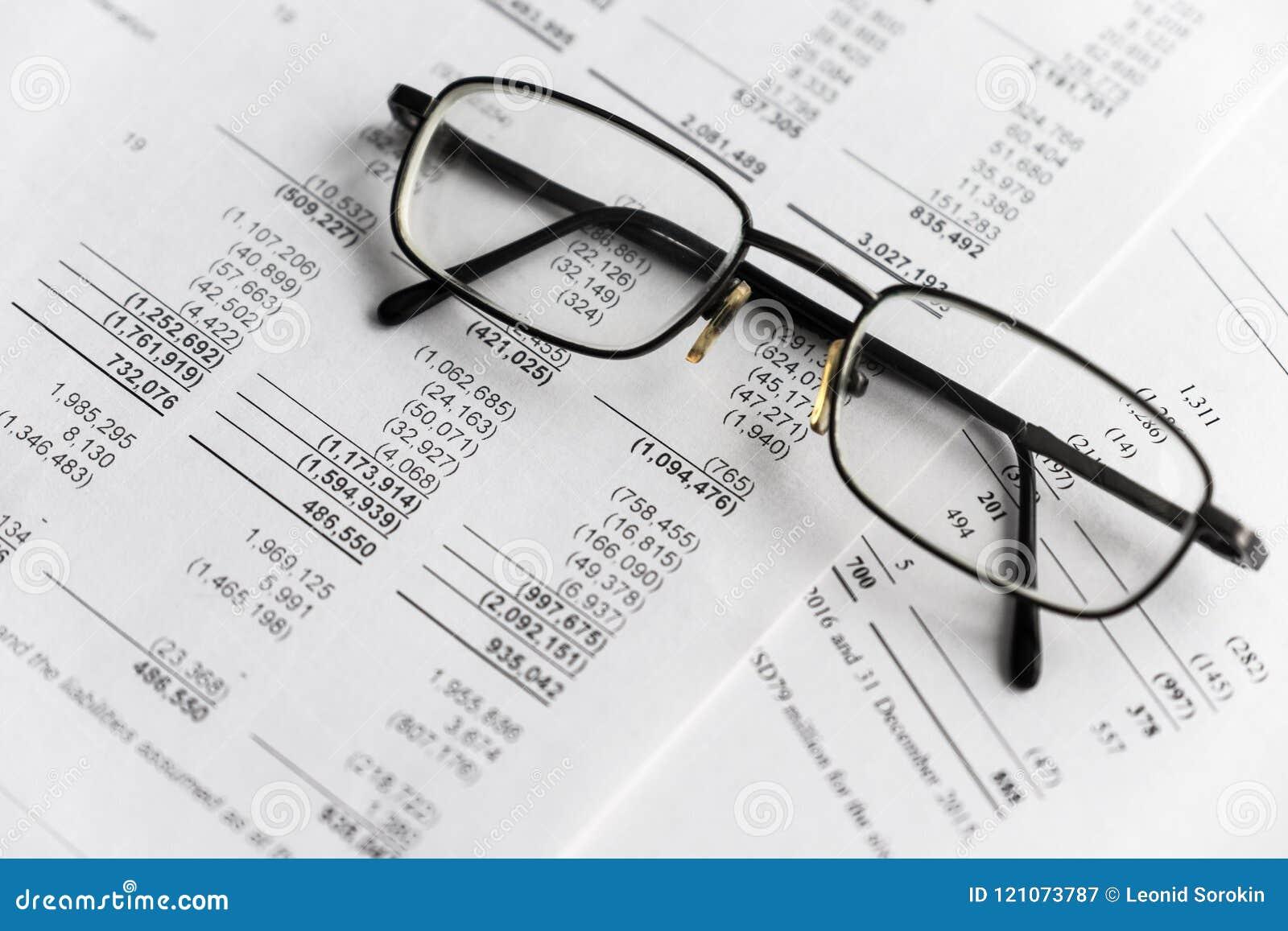Análisis financiero - declaración de renta, plan empresarial con el vidrio
