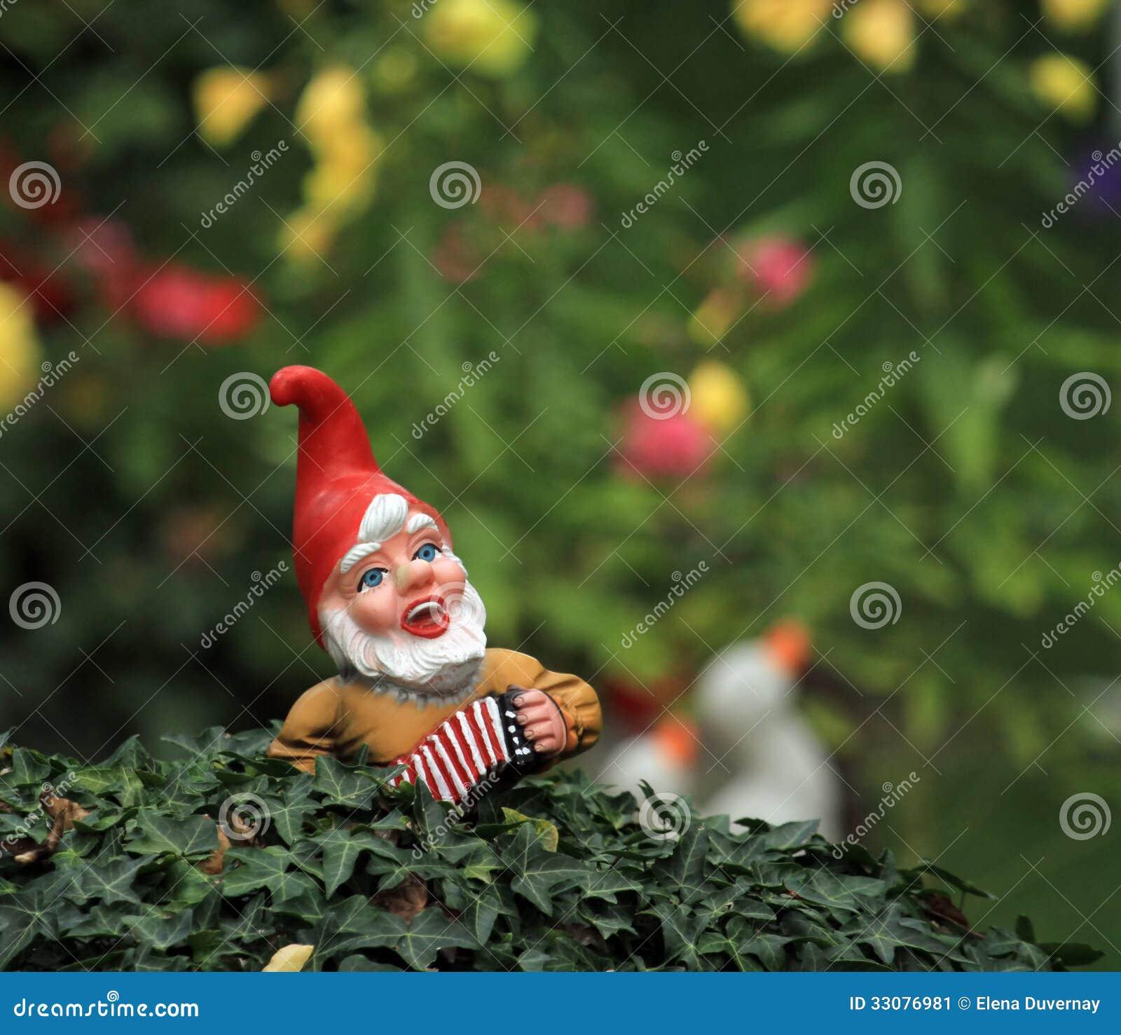 kobold o anao de jardim : kobold o anao de jardim:Anão típico pequeno do jardim ou gnomo e bandeira americana em um