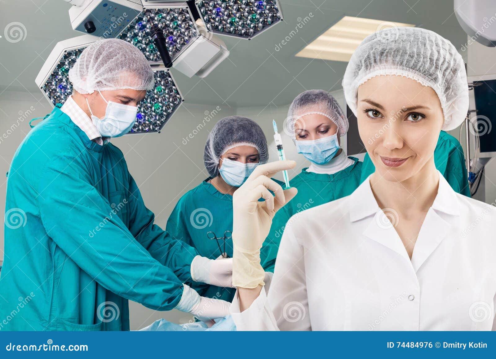 Anästhesist Mit Spritze Und Chirurgie Gießen Aus Stockfoto - Bild ...