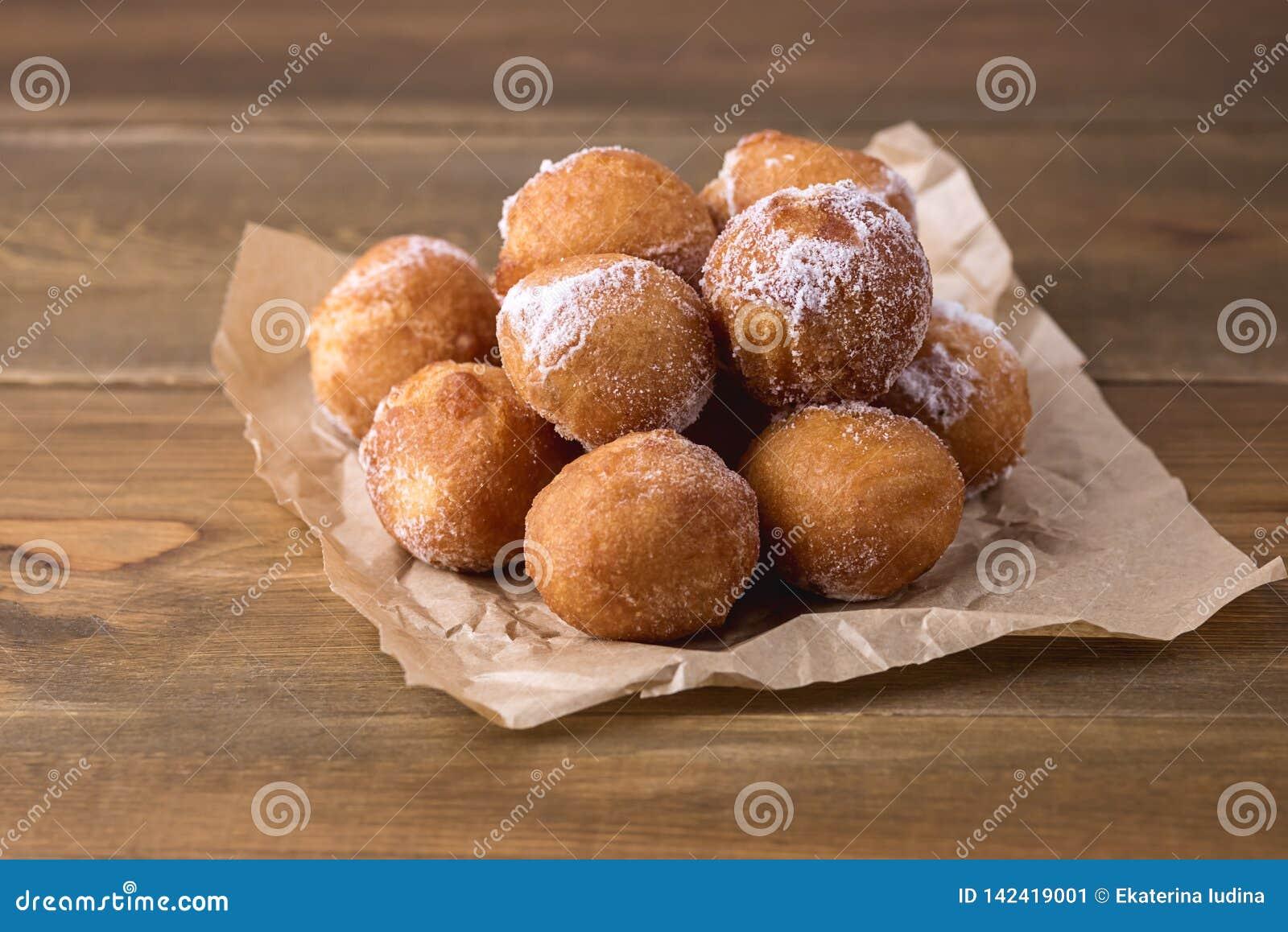 Anéis de espuma caseiros saborosos do requeijão no espaço da cópia de Sugar Powder Wooden Background Donuts horizontal