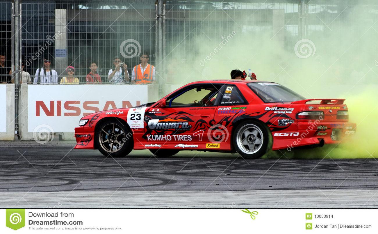 Anéis de espuma de execução de Sean em seu sedan vermelho