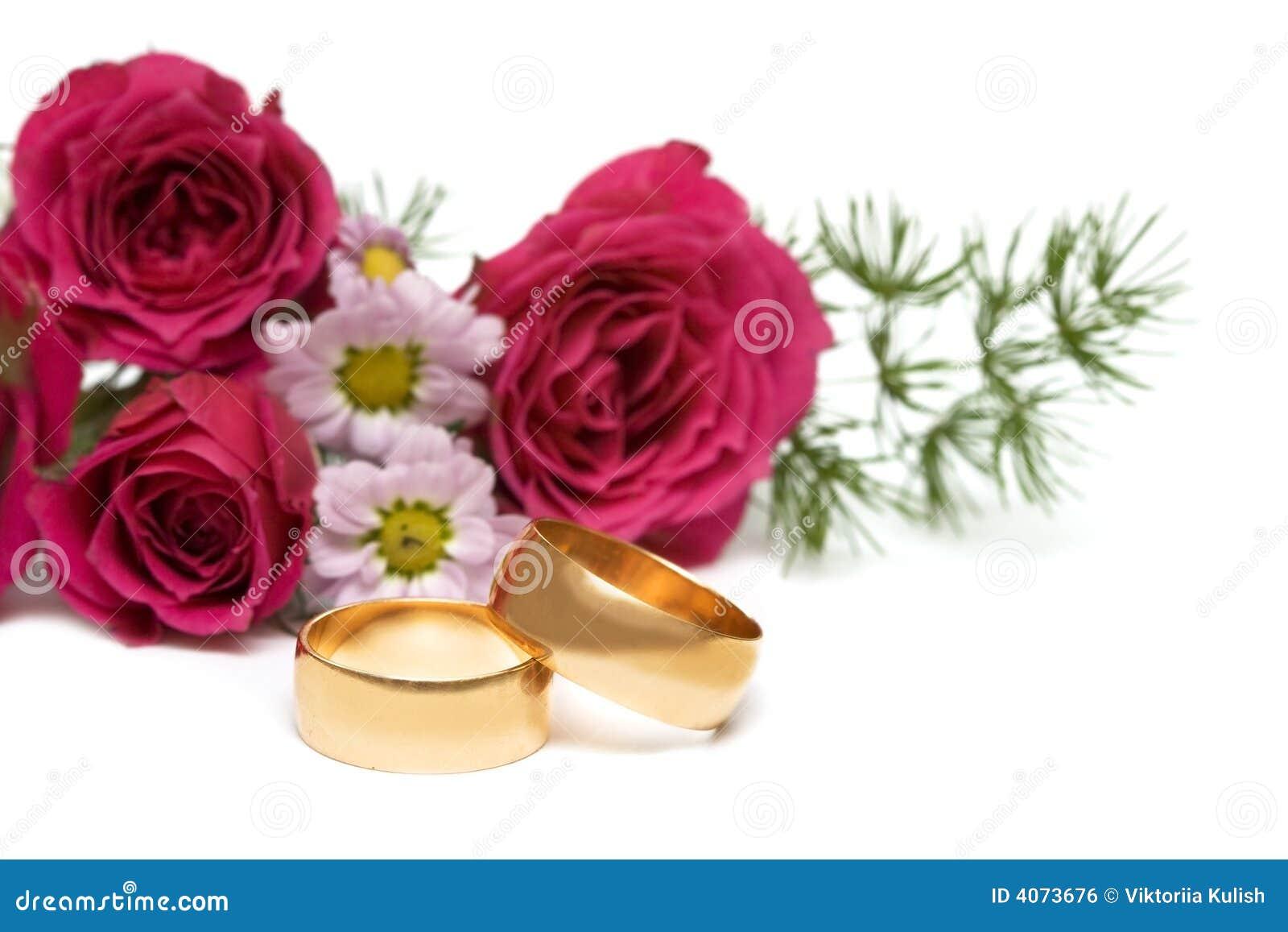 Anéis dourados com flor