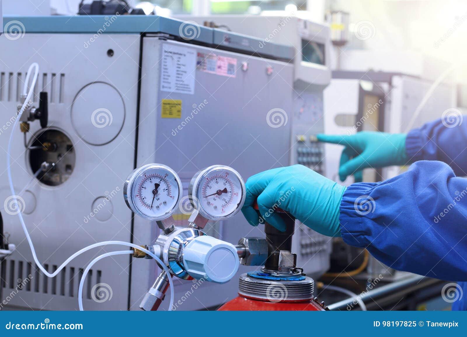 Analisador da cromatografia de gás do trabalho e do começo de mão no laboratório