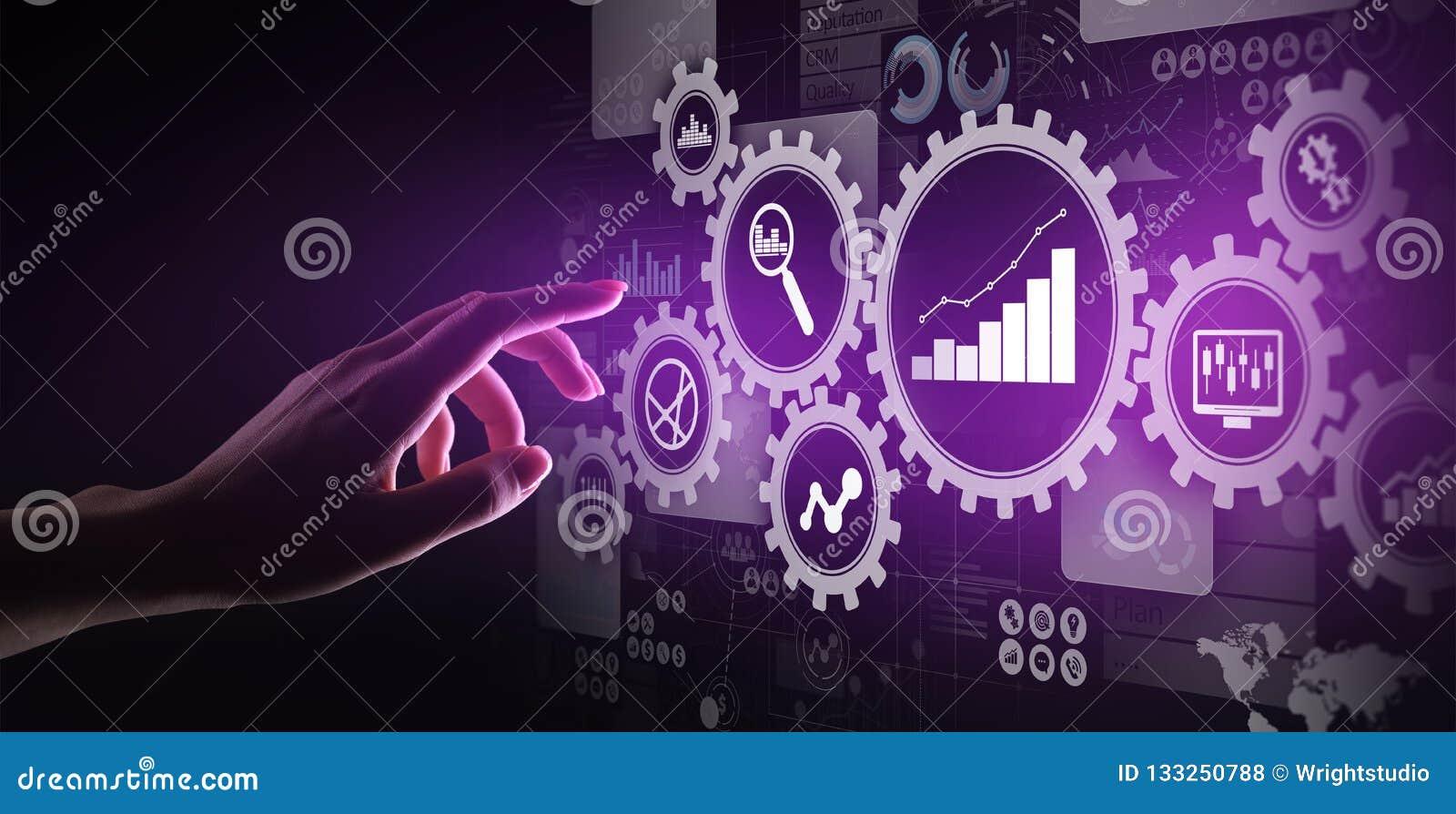 Analisi di Big Data, diagrammi di analisi dei dati di processo aziendale con gli ingranaggi ed icone sullo schermo virtuale