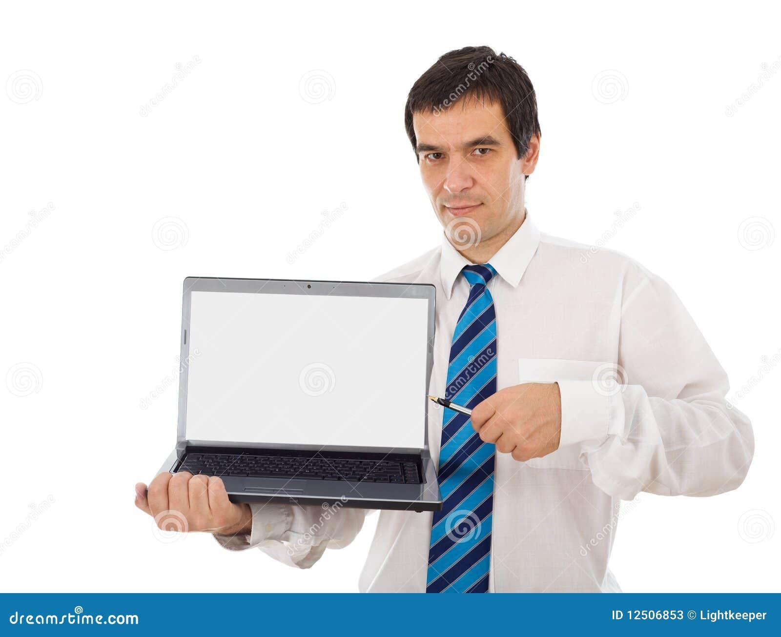 Analista do mercado que mostra lhe a tela do portátil