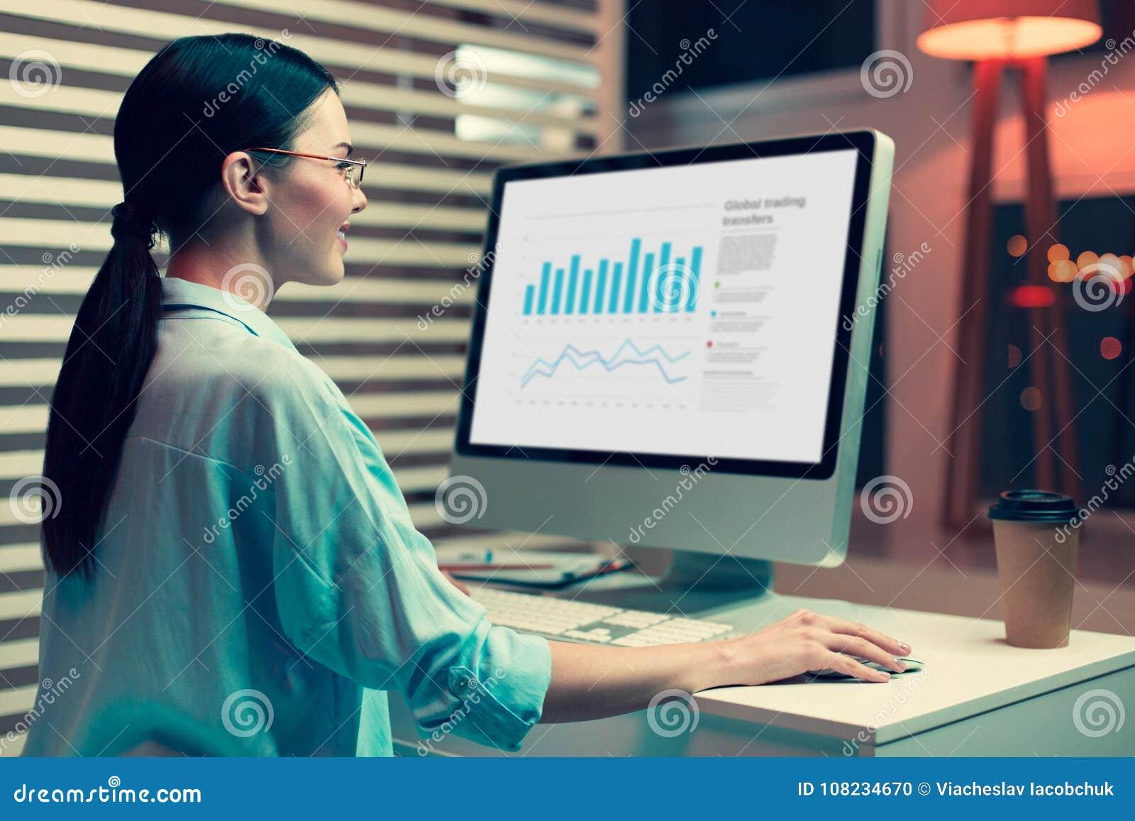 Analista fêmea otimista que trabalha em um gráfico de barra