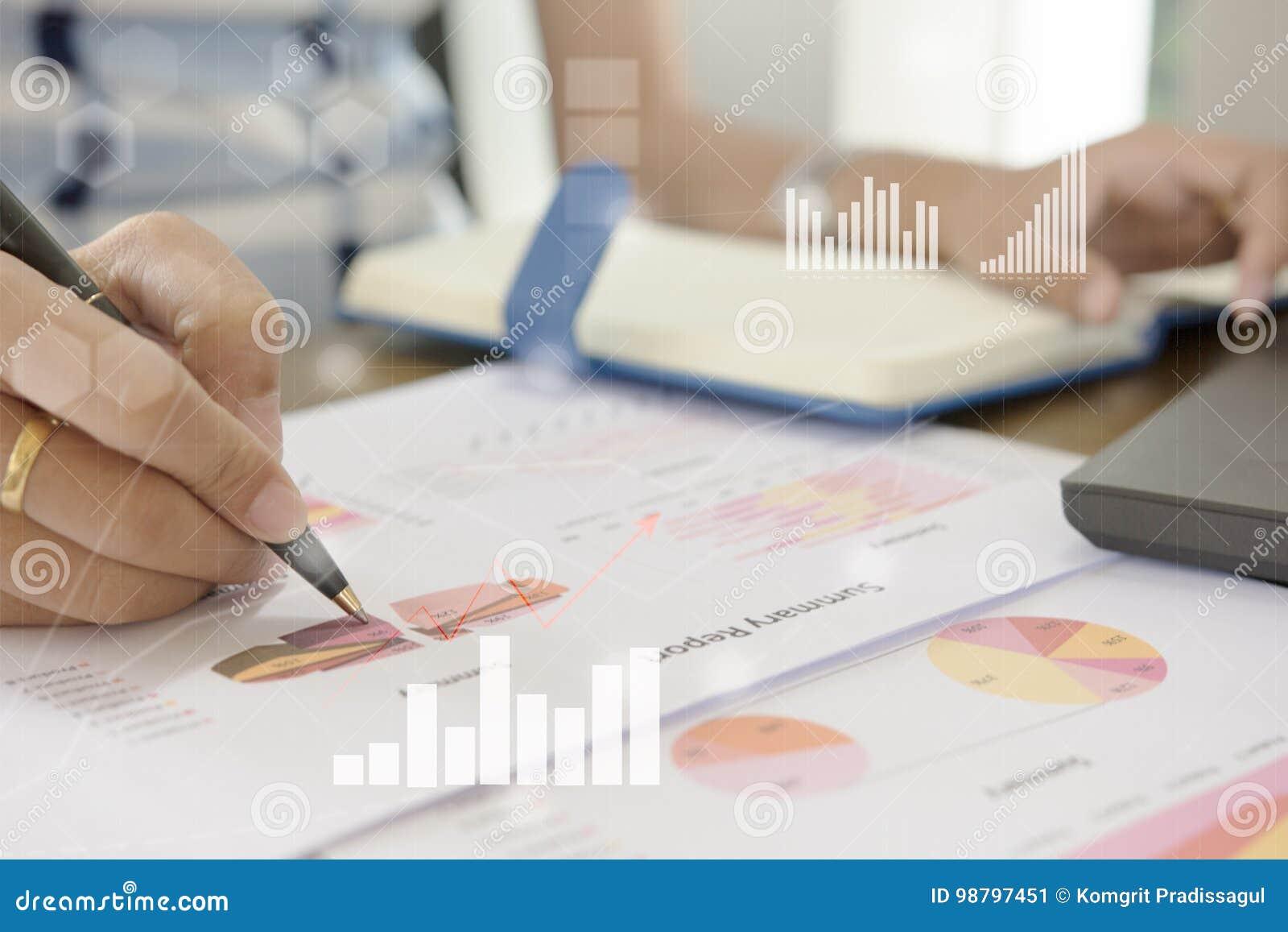 Analista novo do mercado de finança que trabalha no escritório na tabela branca O homem de negócios analisa o original e a calcul