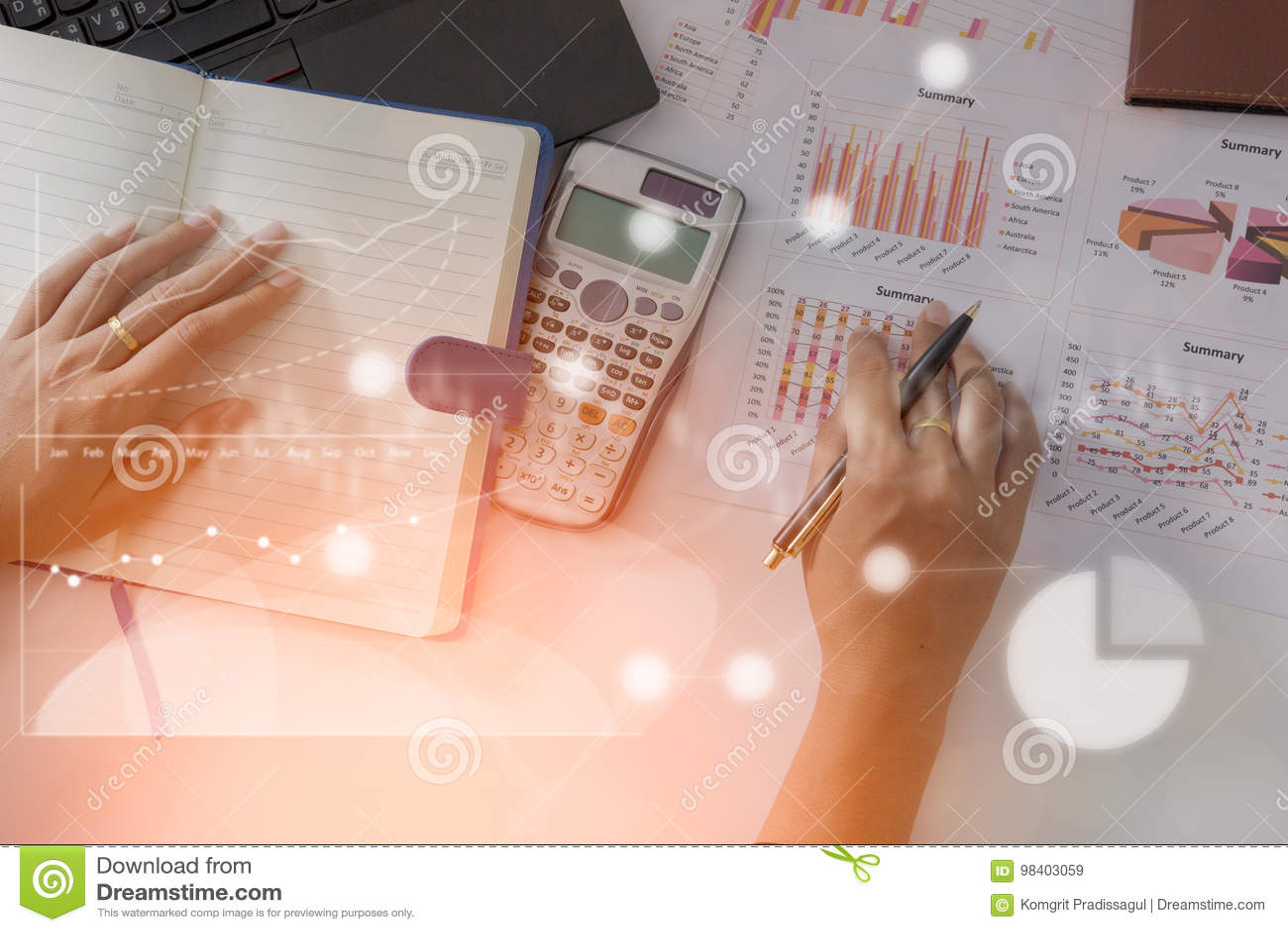 Analista novo do mercado de finança que trabalha no escritório no portátil ao sentar-se na tabela branca O homem de negócios anal