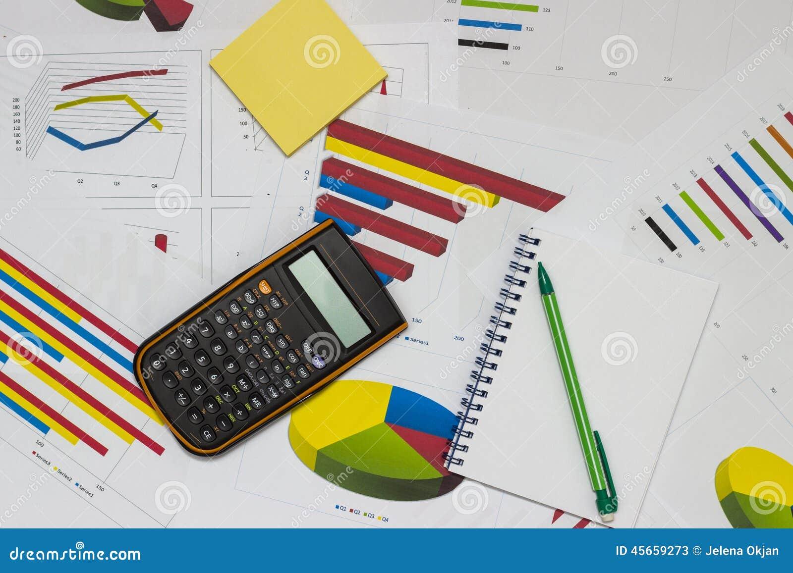 Analiza danych blisko palce papieru ołówkowej widok kobiety
