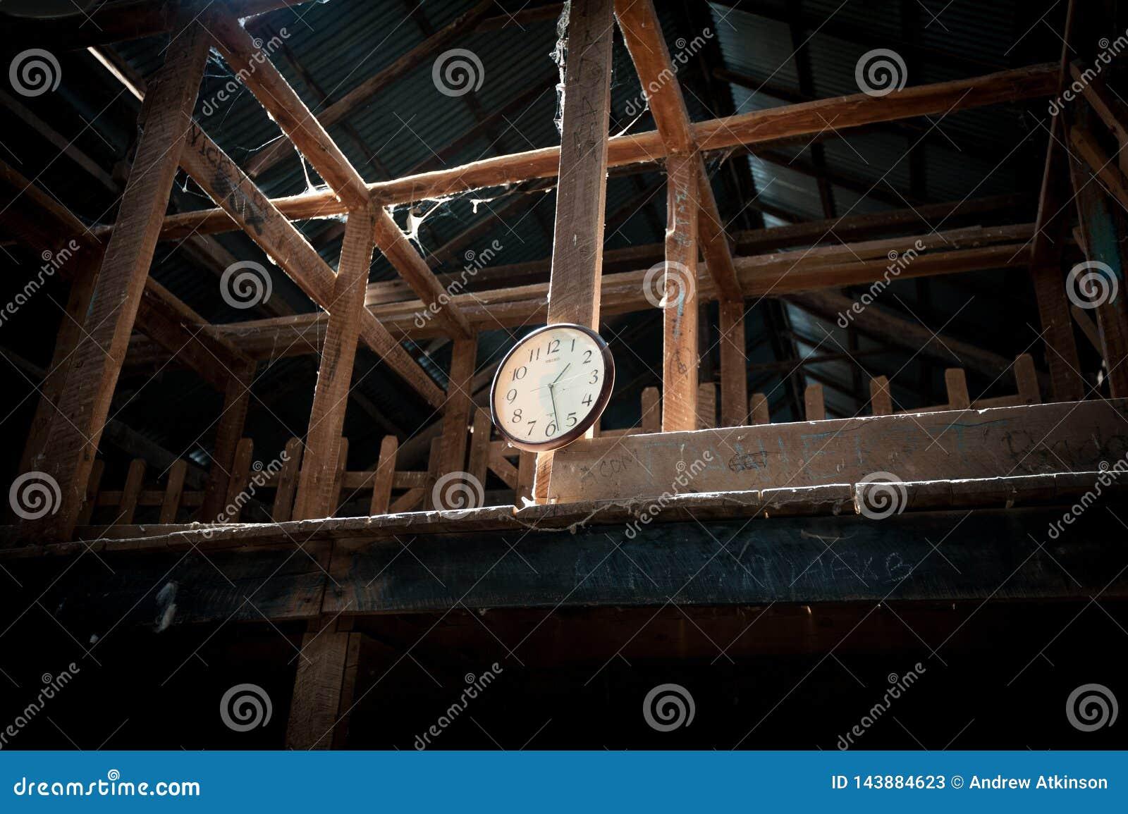 Analoge Uhr in der alten scherenden Halle