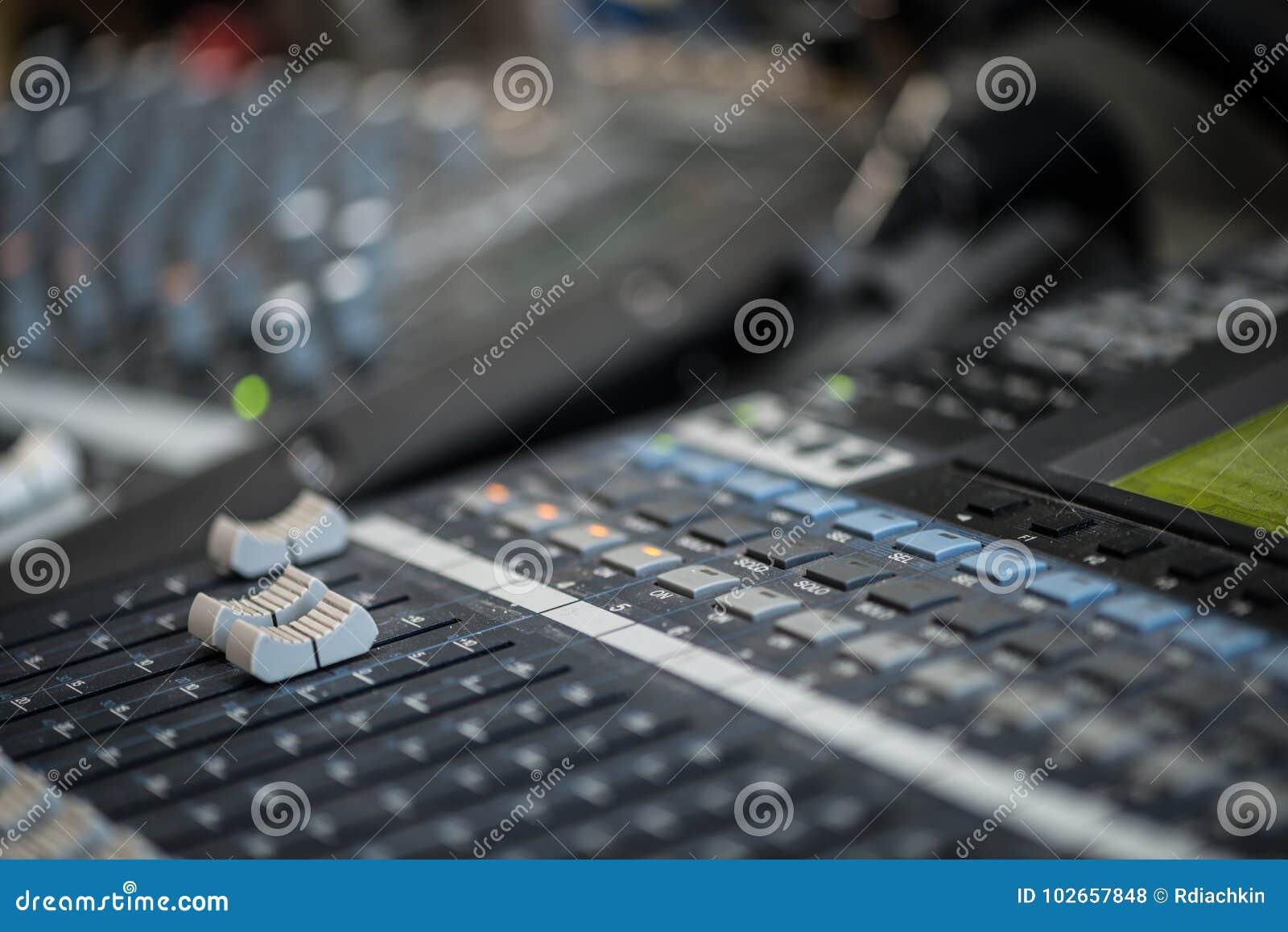 Analogic Correcte Mixer Het professionele audio het mengen zich van consoleradio en TV uitzenden