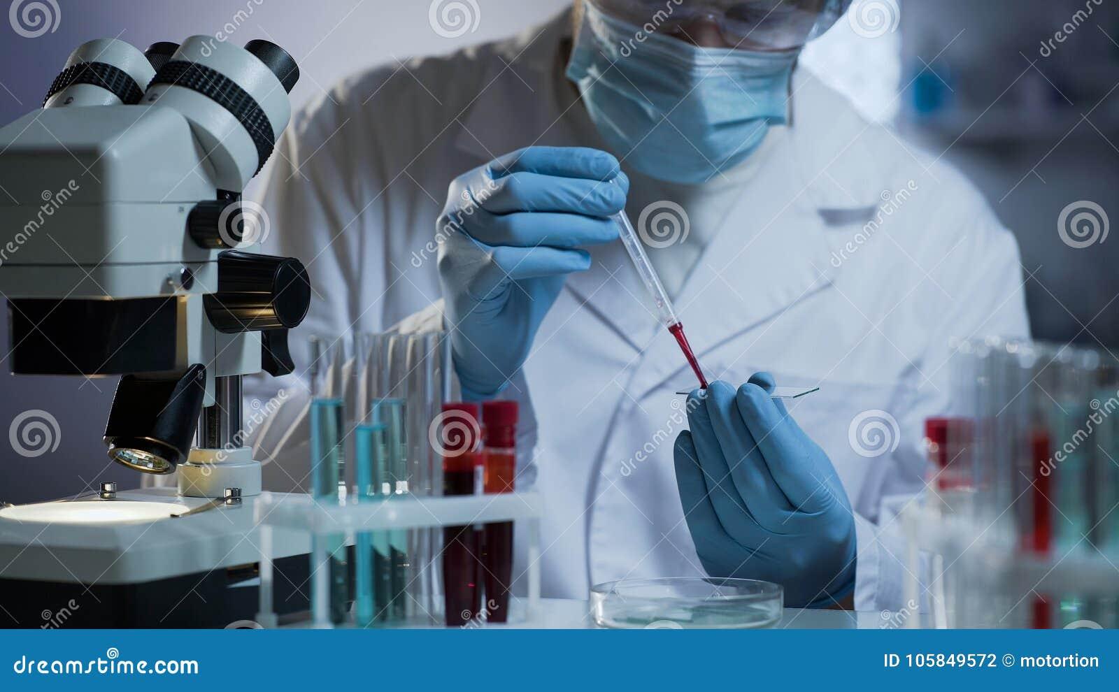 Analyse de sang de conduite de chercheur au laboratoire médical moderne, soins de santé