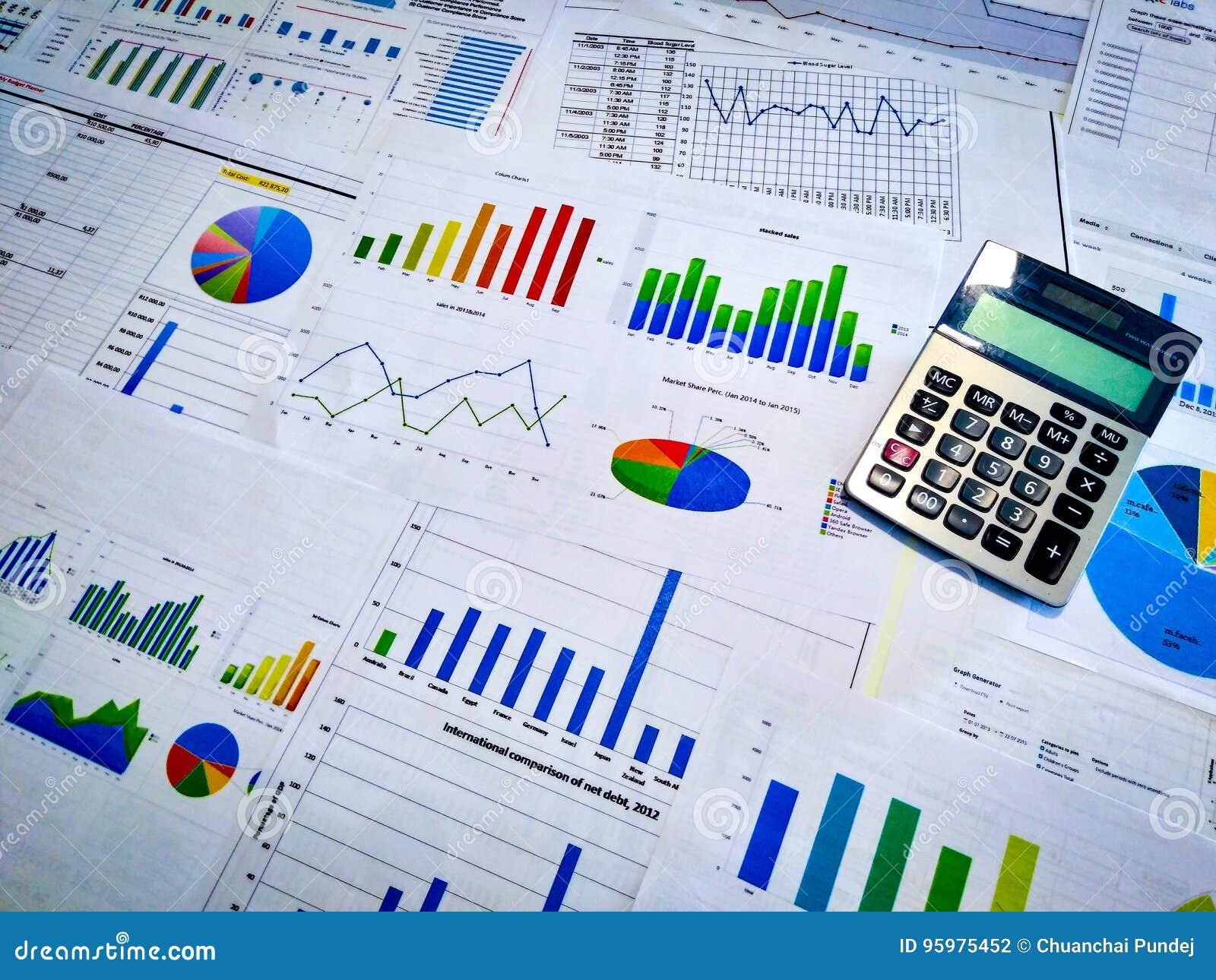 Analysering av av inkomstdiagram och grafer med räknemaskinen close upp Finansiell analys för affär och strategibegrepp