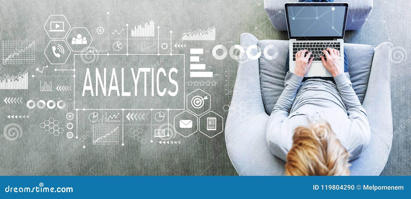 Analytics med mannen som använder en bärbar dator