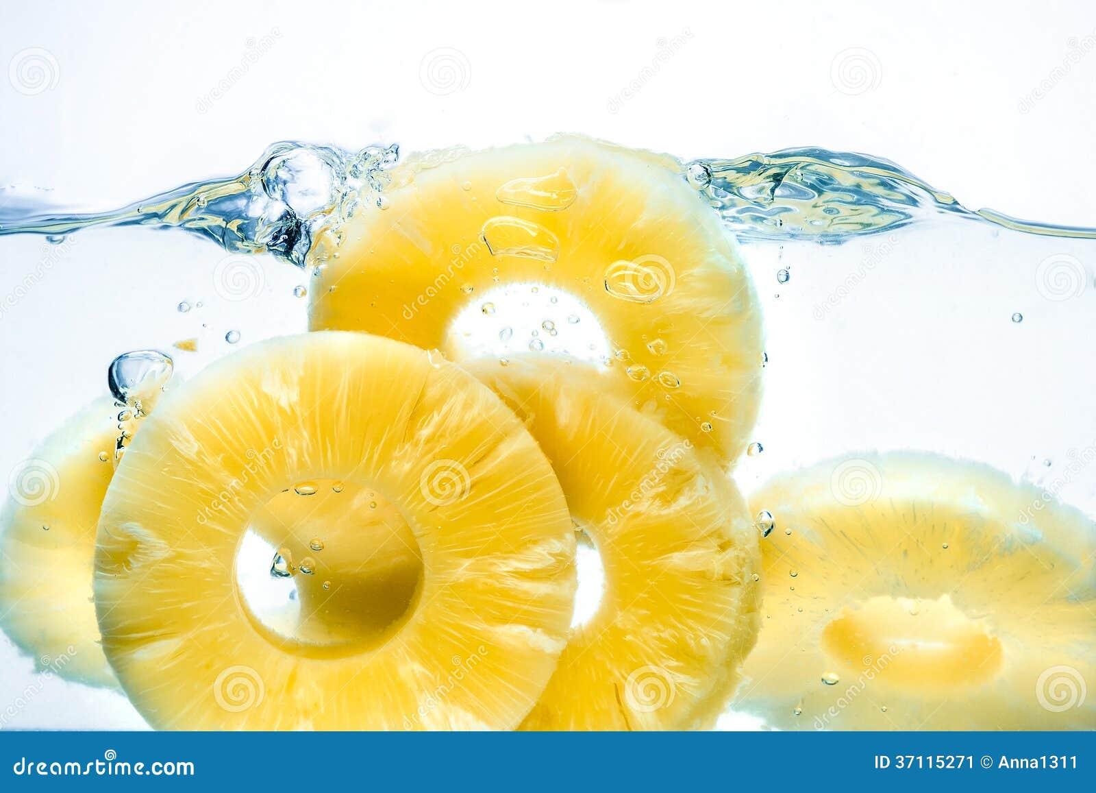 Ananas. Éclaboussure de conserves de fruits dans l eau
