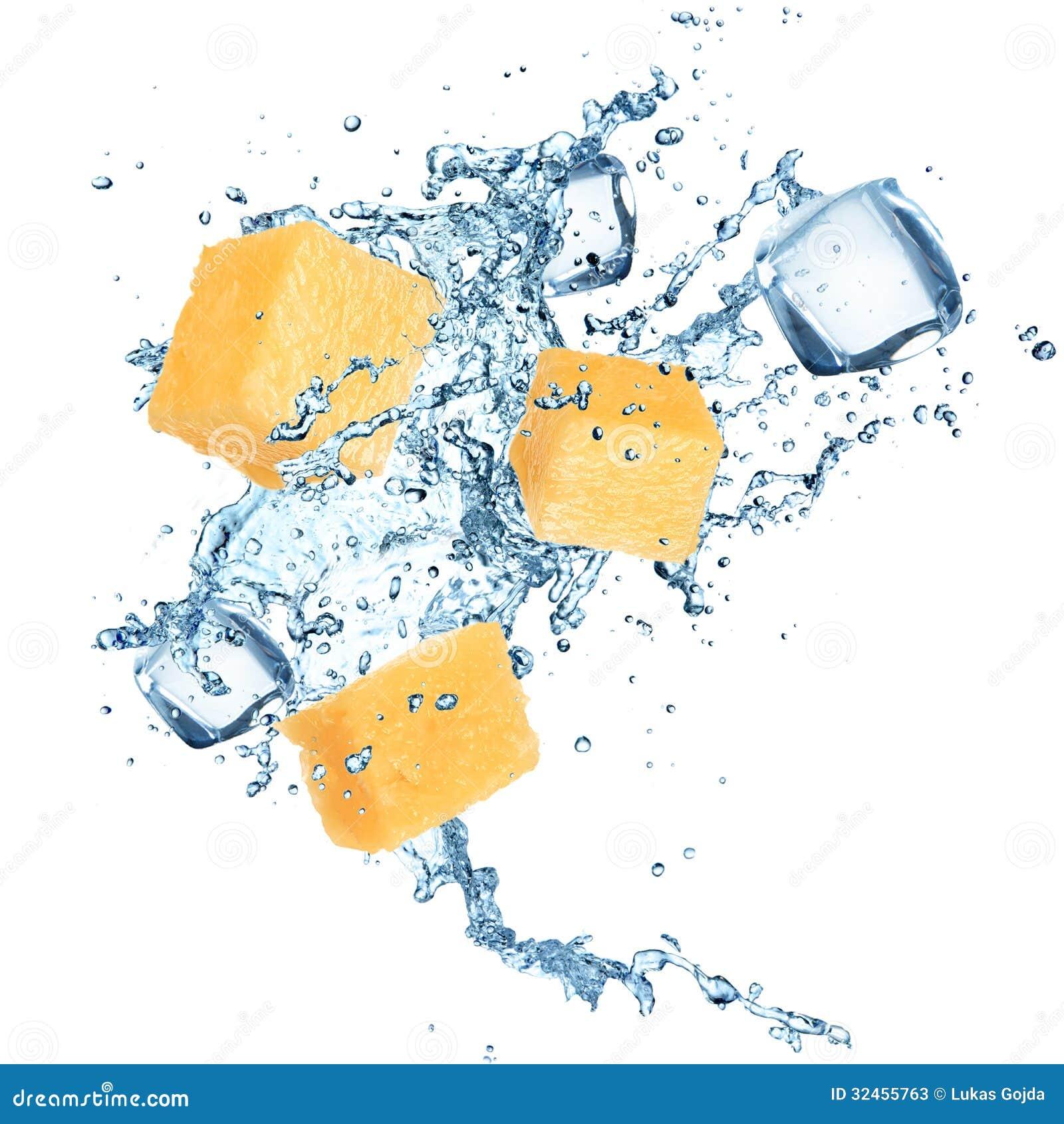Ananas con la spruzzata dell acqua
