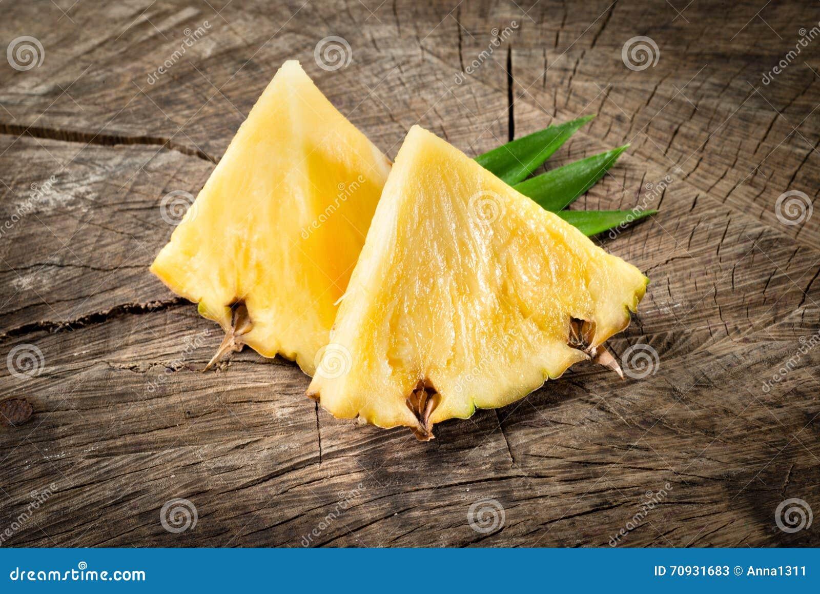 Ananas Fette della frutta su fondo di legno