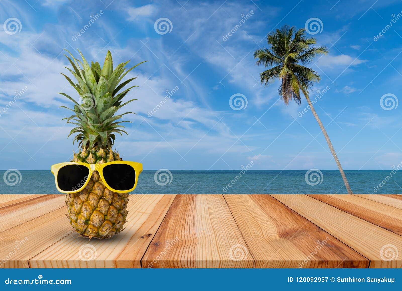 Ananas op houten lijst in een tropisch landschap, Manier hipster ananas, Heldere de zomerkleur, Tropisch fruit met zonnebril