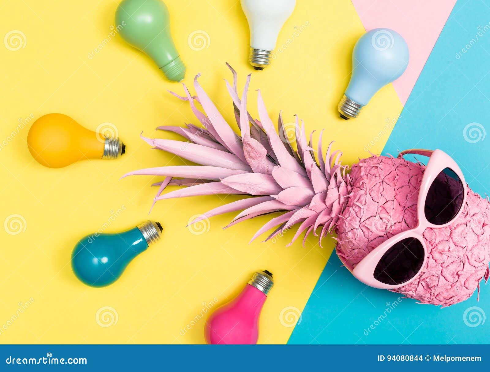Ananas rosa e lampadine colorate fotografia stock immagine di modo