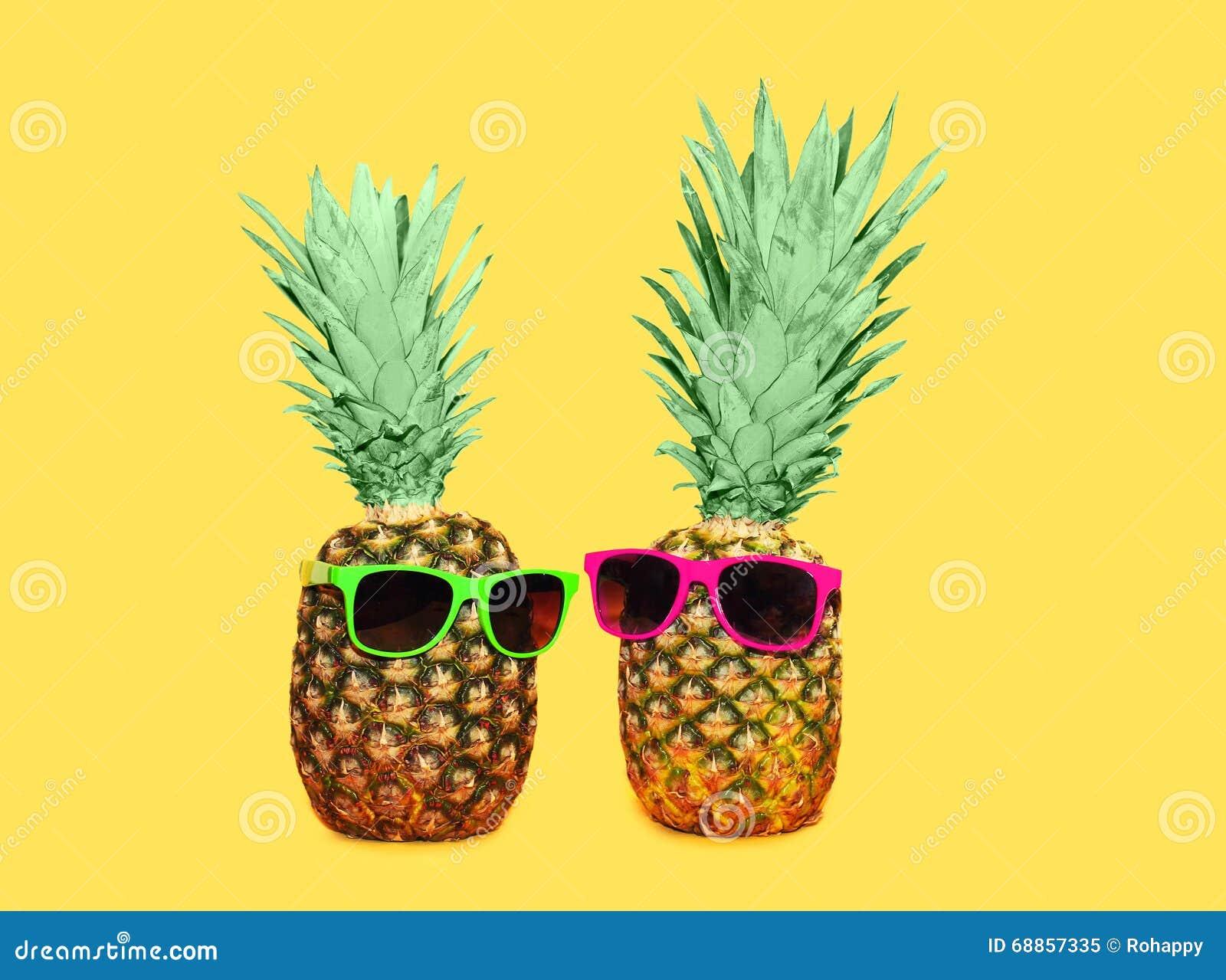 ananas zwei mit sonnenbrille auf gelbem hintergrund bunte ananas stockfoto bild 68857335. Black Bedroom Furniture Sets. Home Design Ideas