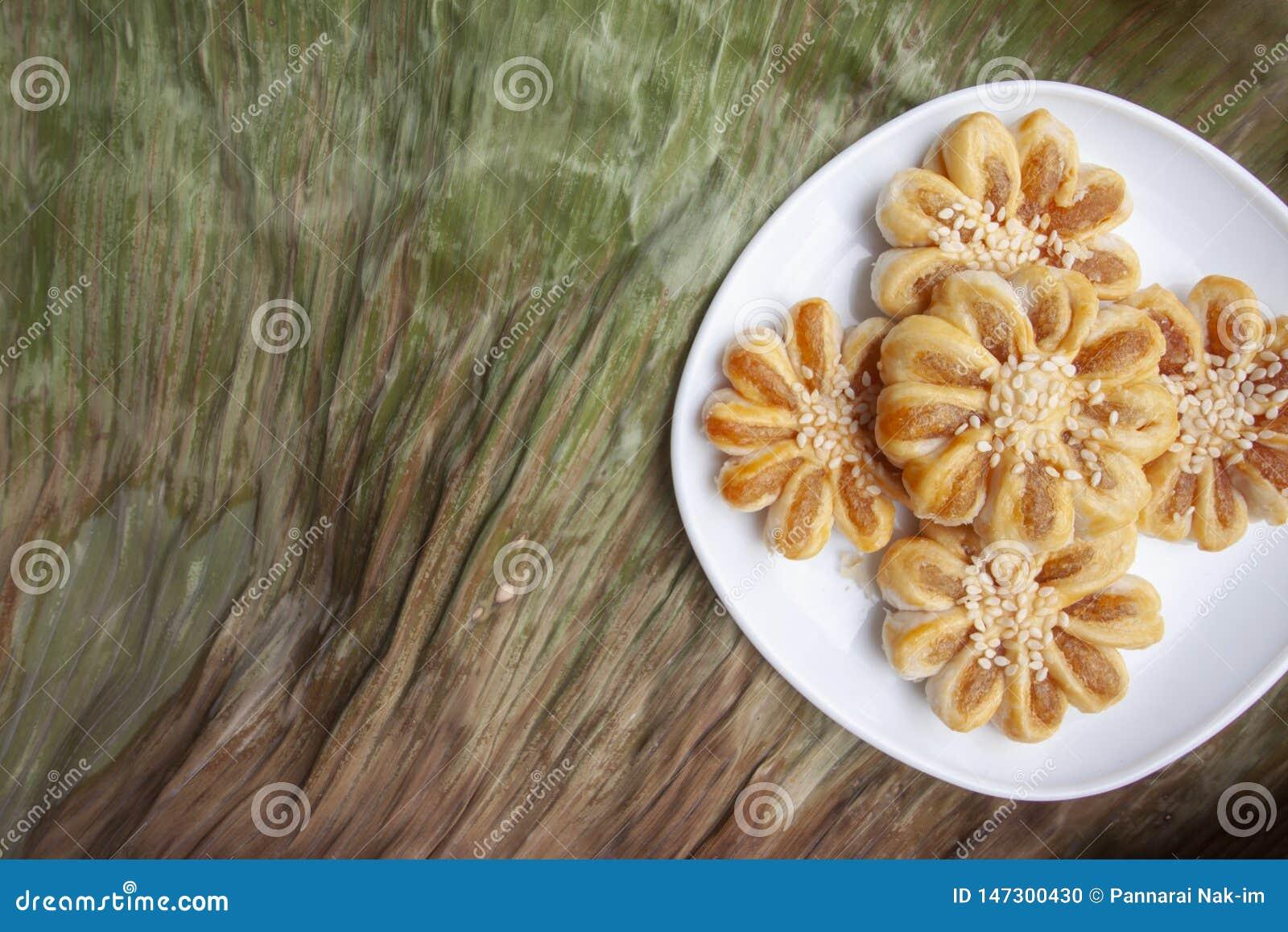 Ananaspastei in witte plaat op droog banaanblad